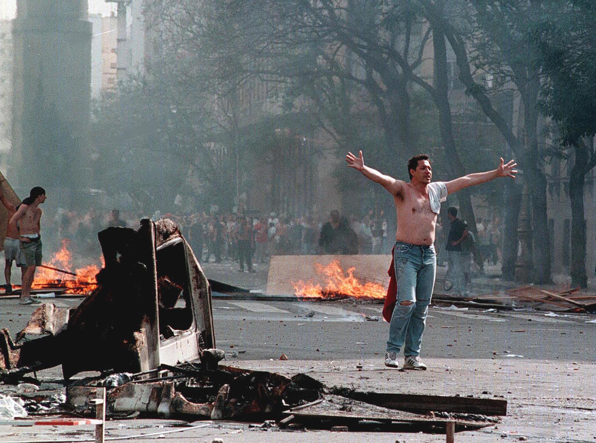 Una de las imágenes emblemáticas del estallido social de diciembre de 2001 (NA)