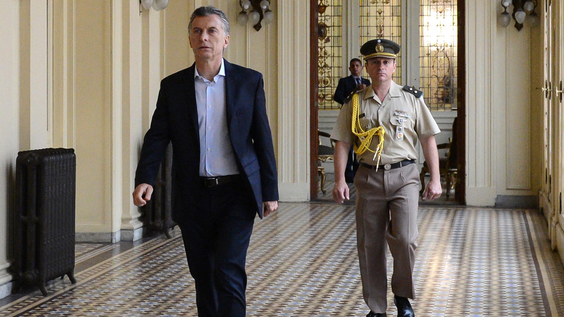 Mauricio Macri camina por un pasillo de la Casa Rosada (Foto: Presidencia)