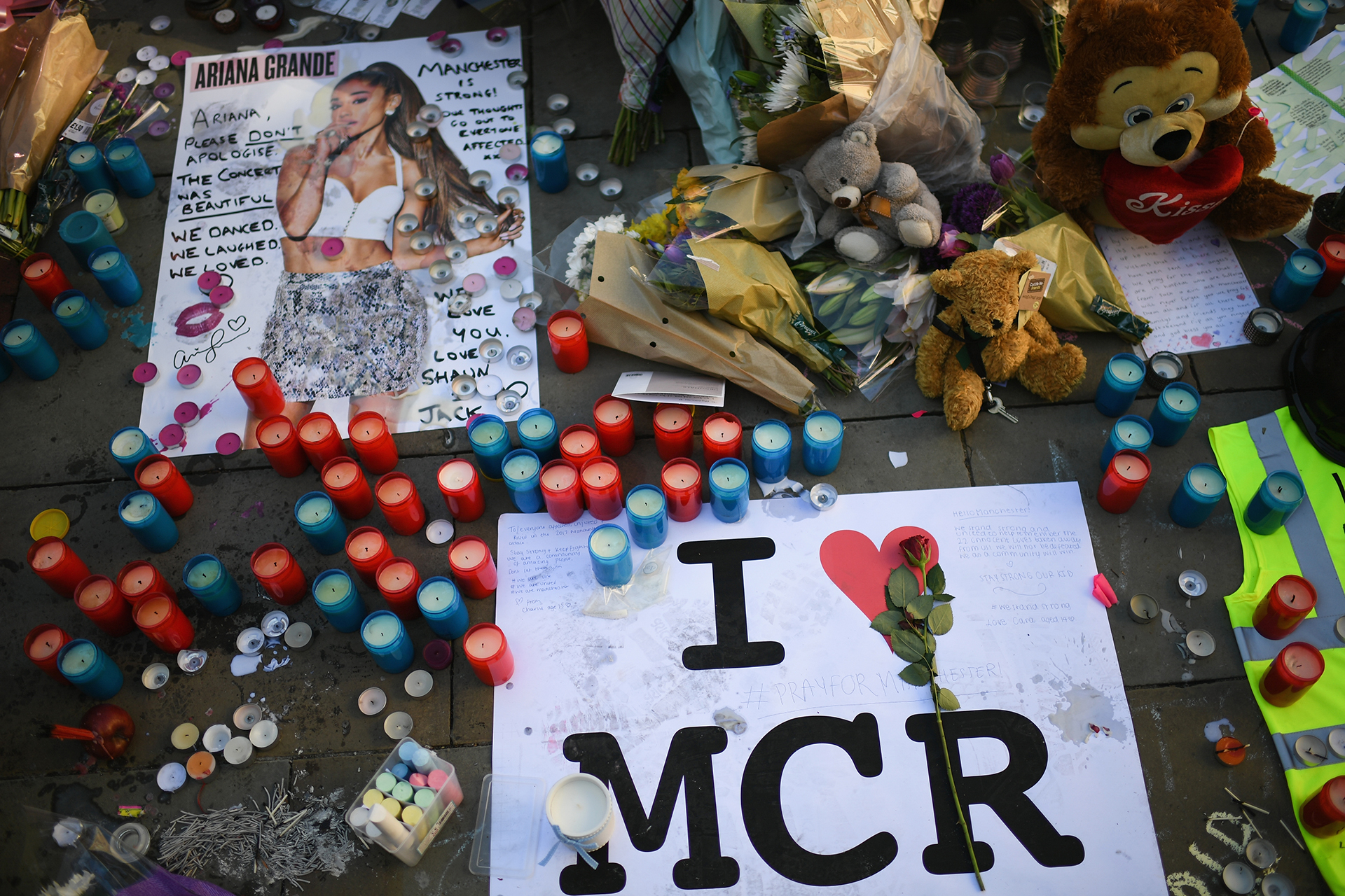 26/5 Un atentado en el Manchester Arena durante un recital de Ariana Grande deja 22 muertos y decenas de heridos. .