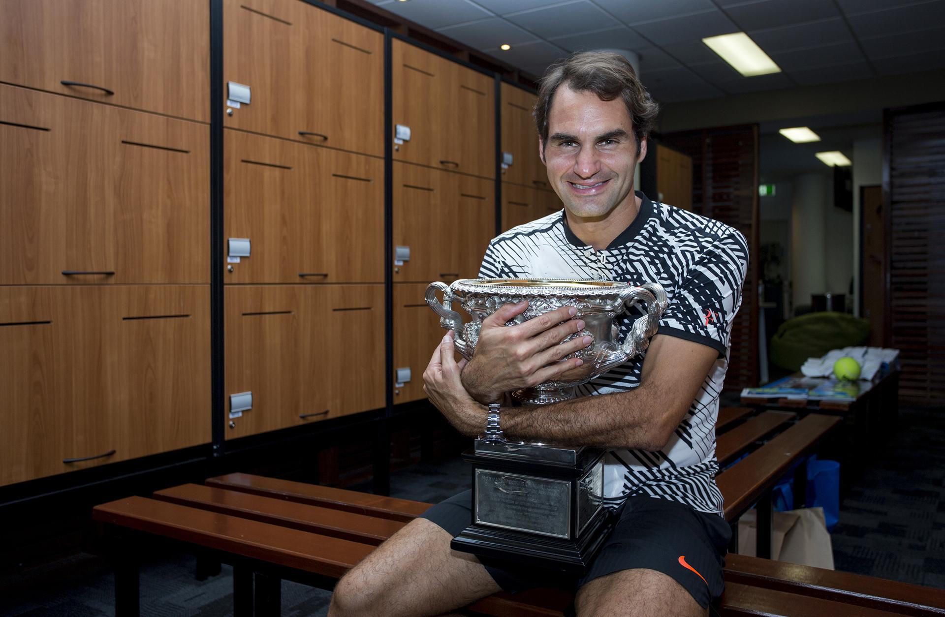 29/1 El suizo Roger Federer posa con la copa del Master de Australia