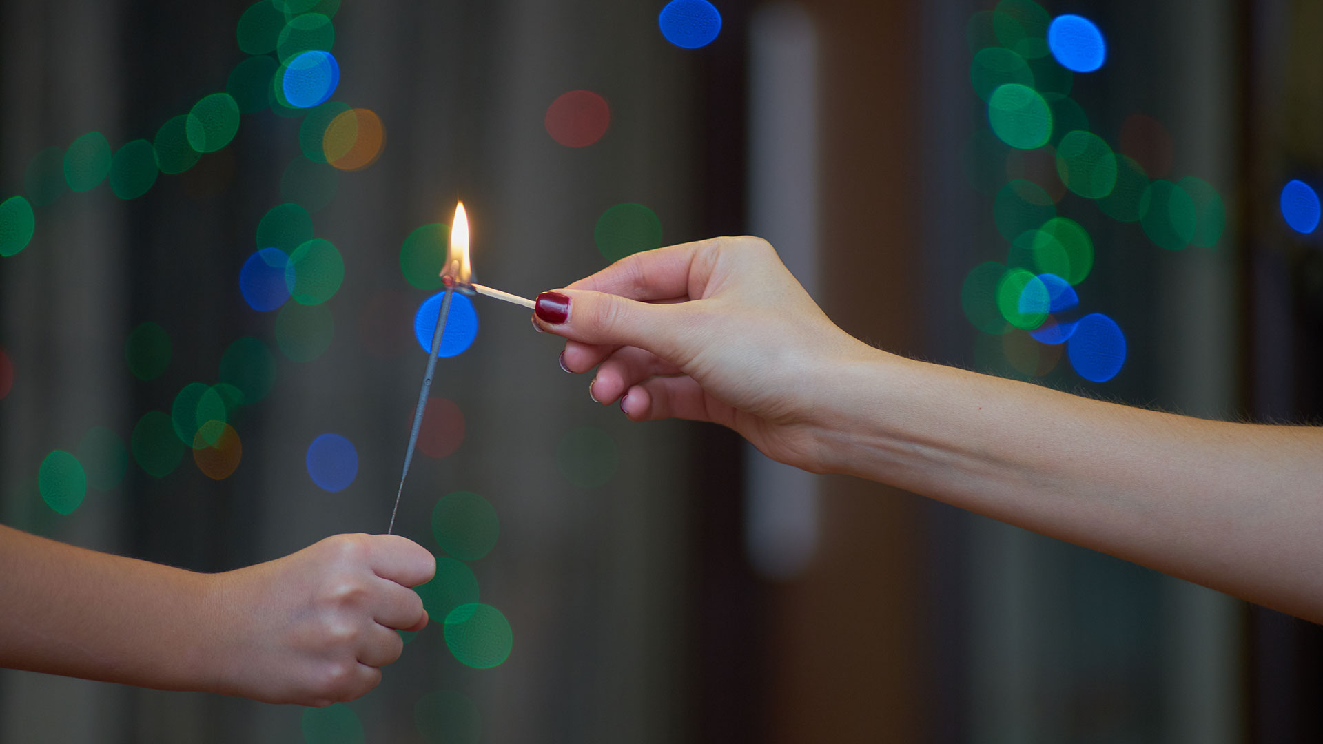 La pirotecnia sólo debe encenderse al aire libre, lejos de otros elementos que puedan entrar en combustión (Getty)