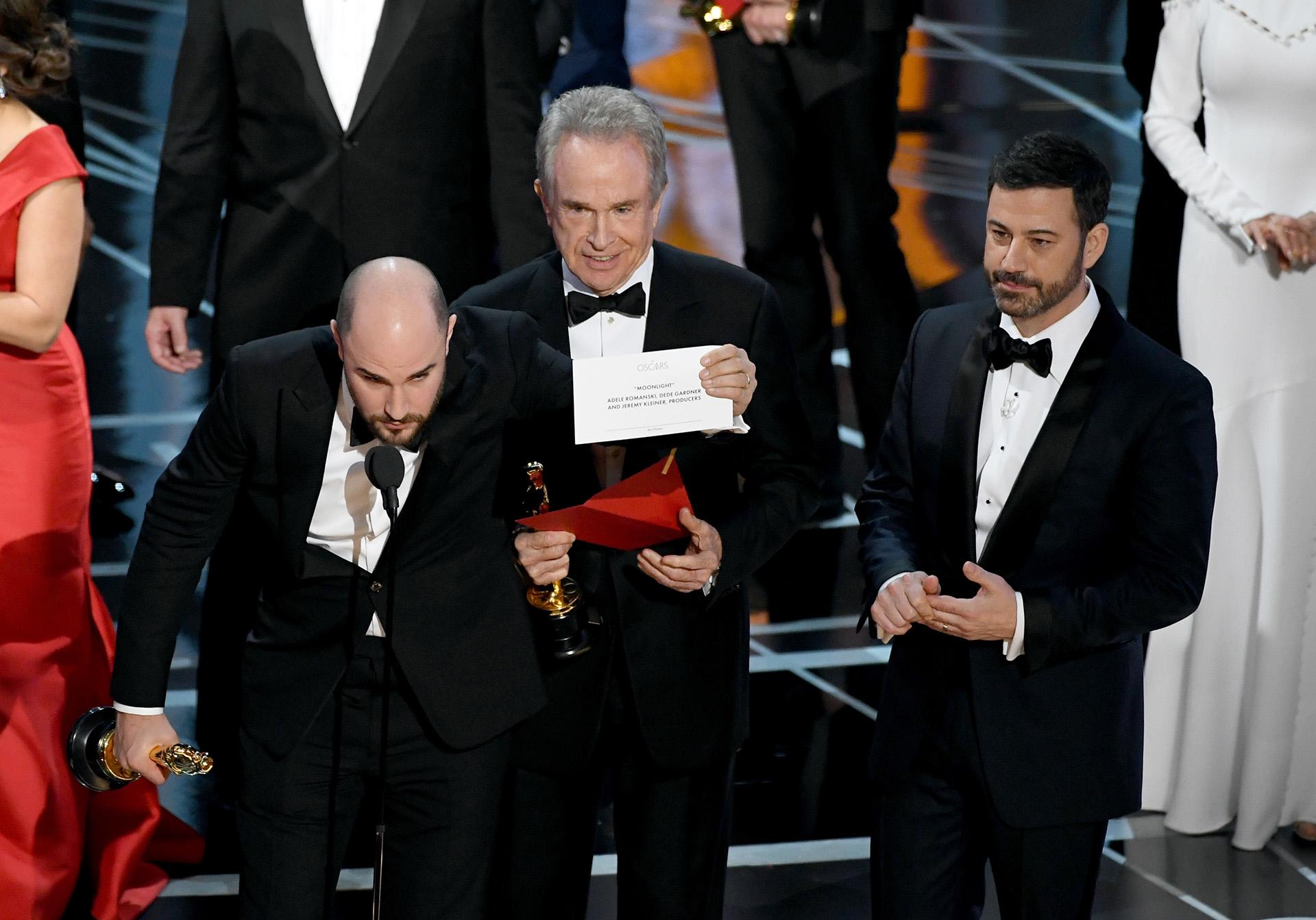 26/2 El productor de la película La La Land, Jordan Horowitz, anuncia que hubo un error y que en realidad el ganador del Oscar a la mejor película es Monlight, en el blooper más increíble de la historia de los premios de la Academia de Hollywood