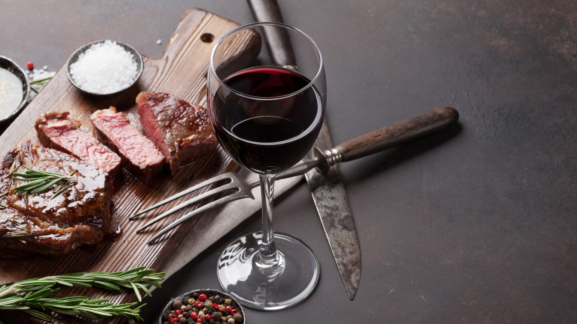 Así como en la parrilla el asador tiene para ofrecer diferentes carnes y cortes, los vinos también deberían variar a lo largo de un asado (Getty Images)