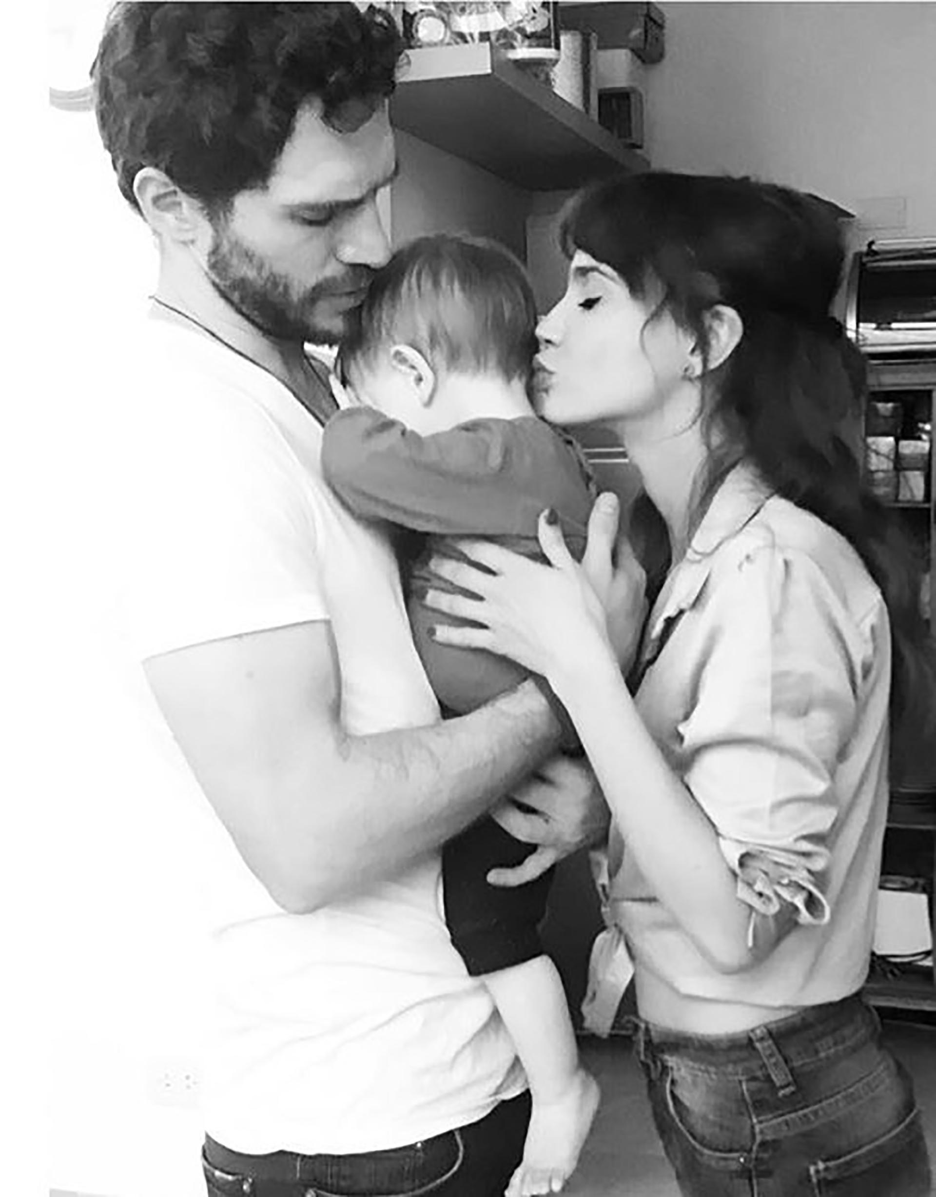 Junto a su mujer, Celeste Cid, y su hijo se muestran felices y enamorados en las redes sociales.