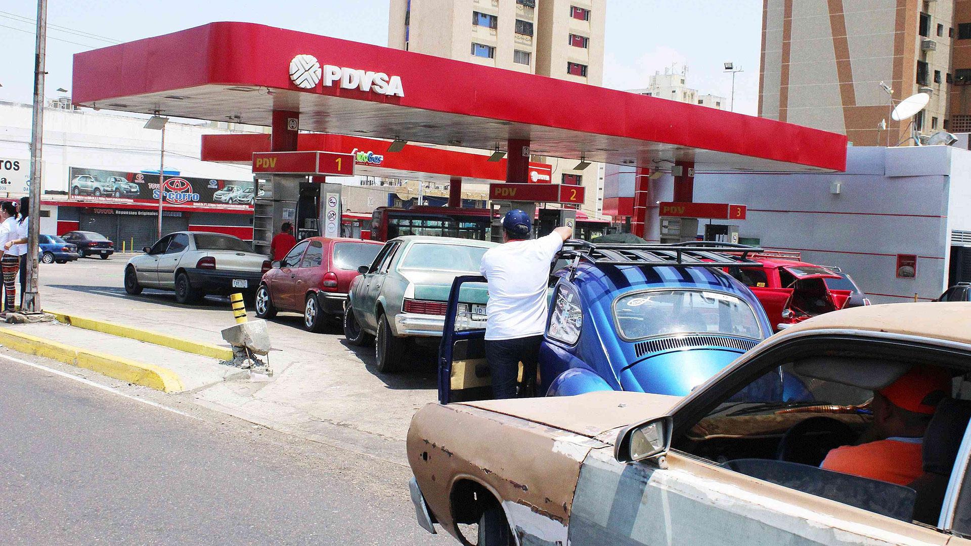 El chavismo analiza aumentar el precio de la gasolina