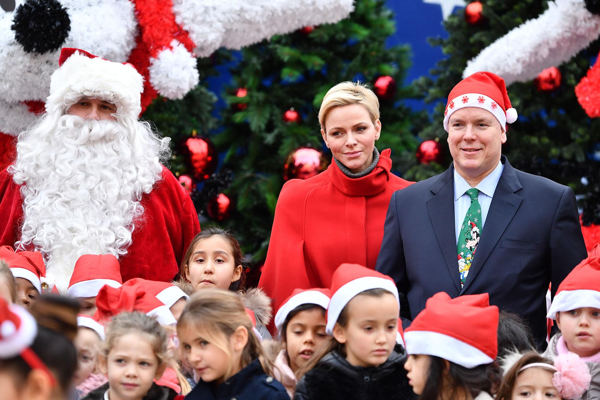 El clima festivo invade el Principado y hasta el propio Soberano se animó a lucir el gorro de Papá Noel /// Fotos: Getty Images