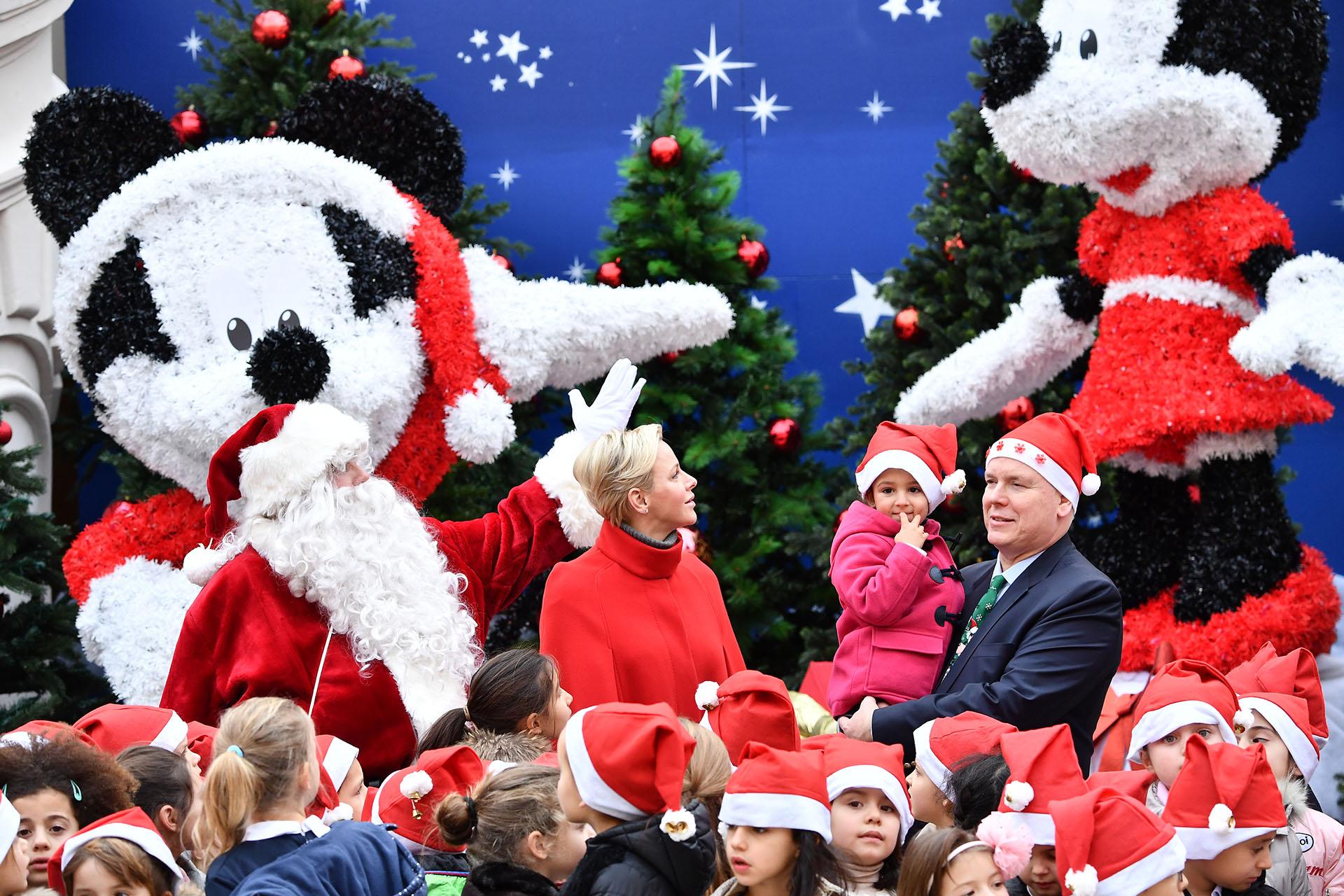 La pareja real ayudó a Papá Noel a repartir los regalos y a entretener a los pequeños invitados