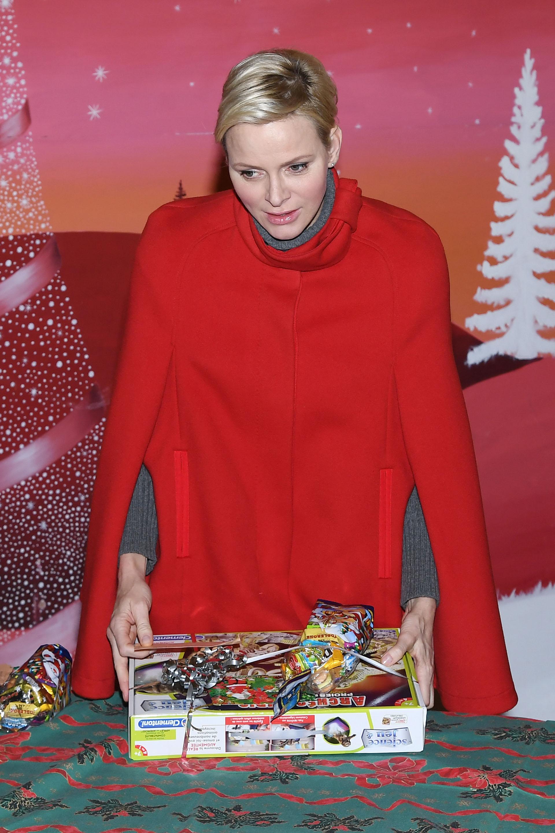 Charlene en plena tarea navideña