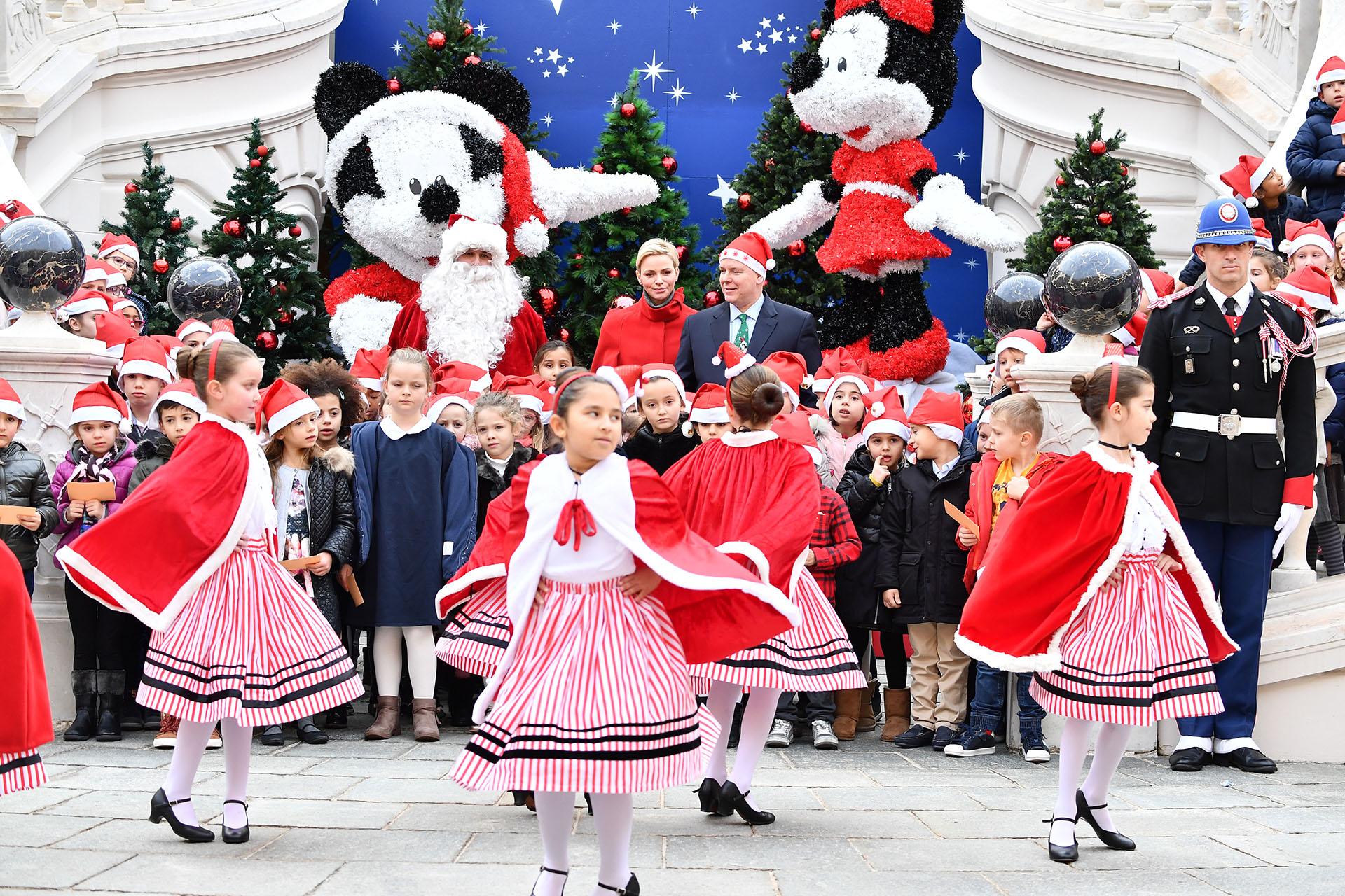 Además de los regalos, los chicos bailaron y pasaron una jornada a pura diversión, anticipando la Navidad
