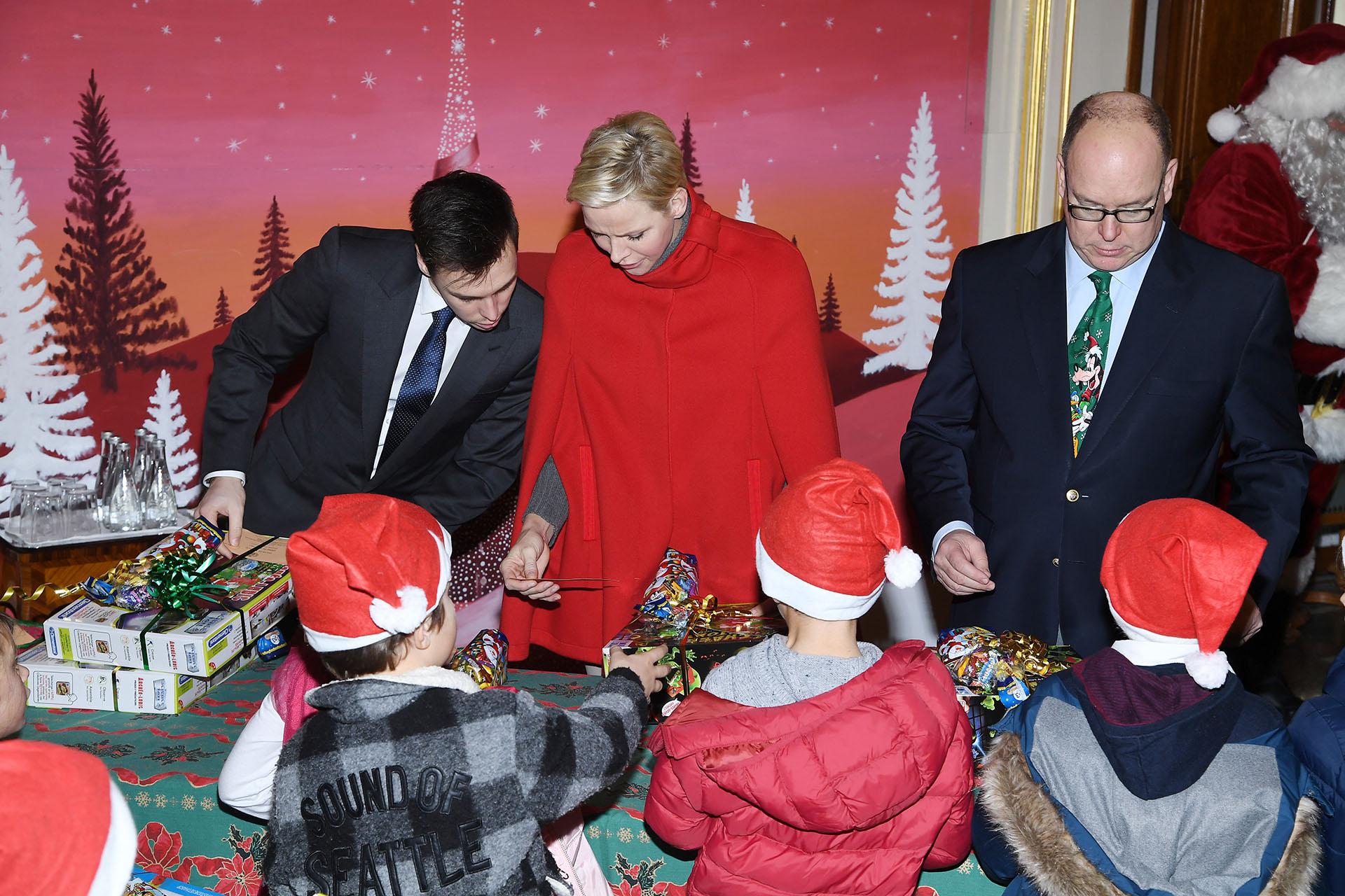 Alberto de Mónaco continúa con la tradición que instaló su madre, la princesa Grace, en 1952: abrir las puertas del palacio para que los niños vivan una gran jornada navideña