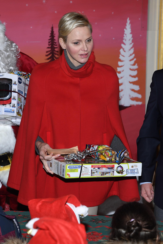 Charlene durante el reparto de los juguetes