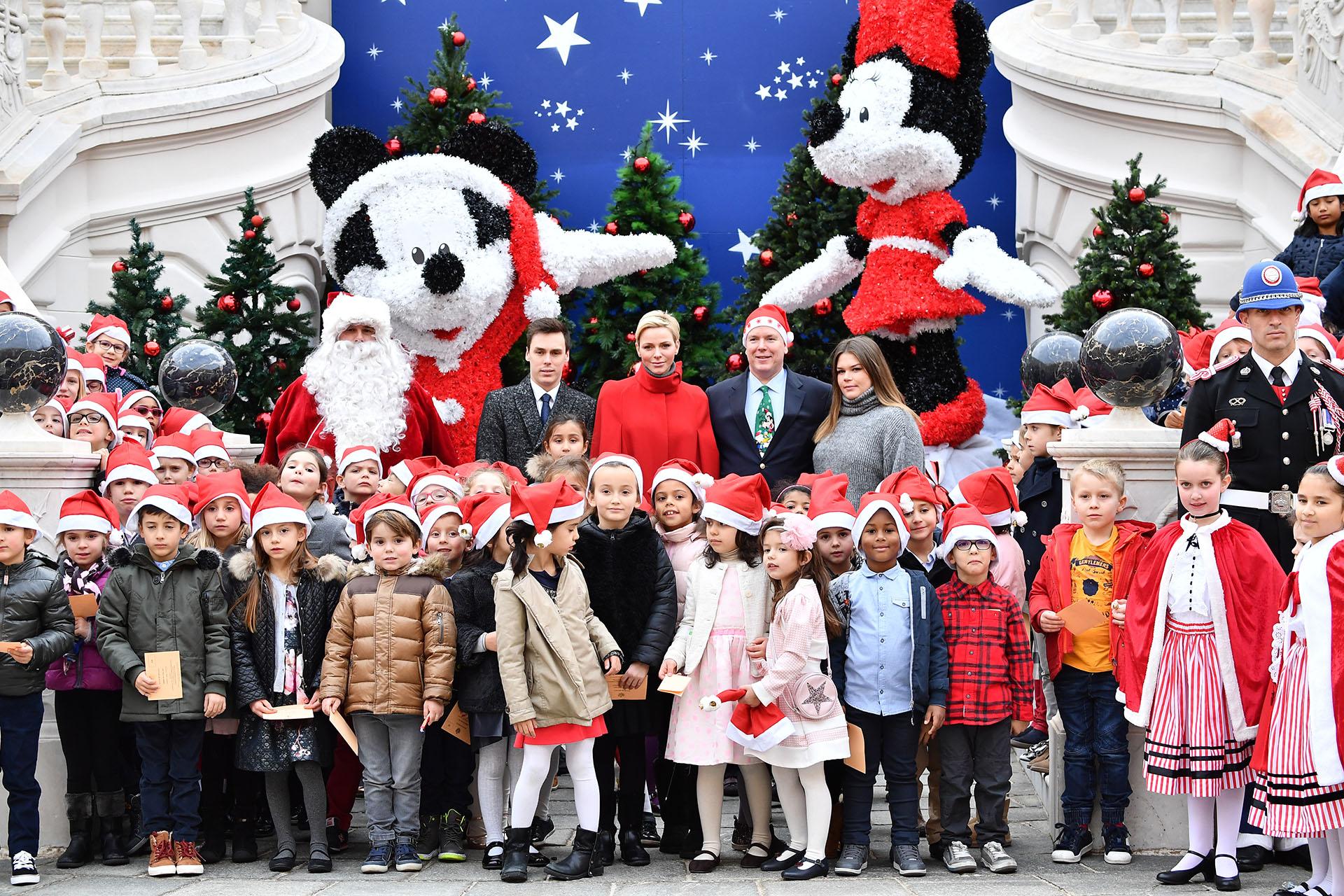 Charlene y Alberto posan junto a Louis Ducruet y Camille Gottlieb (sus sobrinos e hijos de Estefanía de Mónaco) y a los niños que fueron invitados al palacio