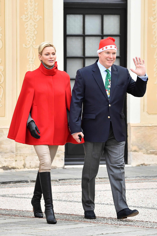 A tono con la fecha festiva, Charlene lució una capa colorada, pantalones claros y botas de caña alta