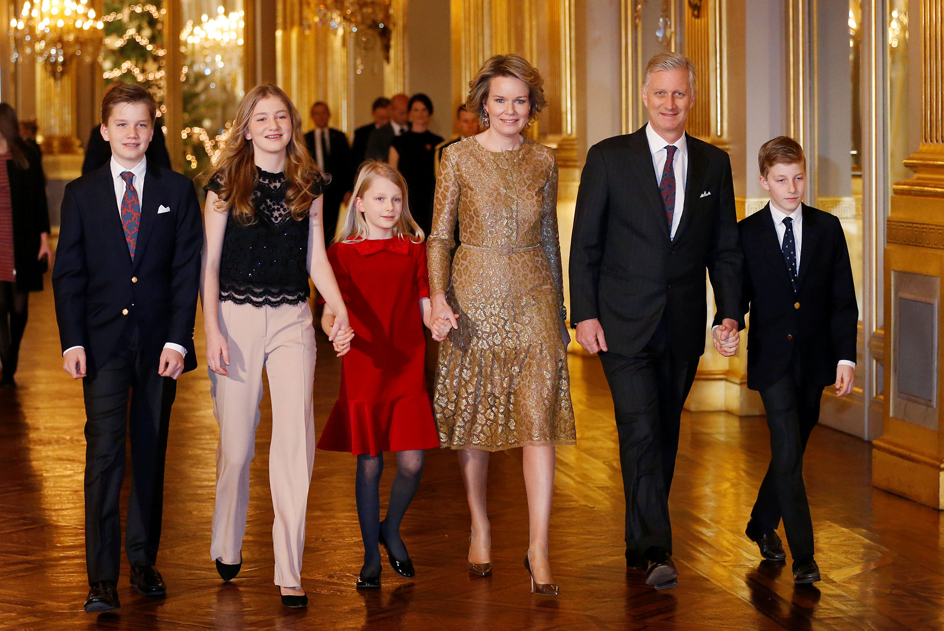 La reina Mathilde lució un elegante vestido color cobre y stilettos, mientras que la heredera al trono belga, la princesa Elisabeth, vistió una blusa de encaje negro y pantalones nude