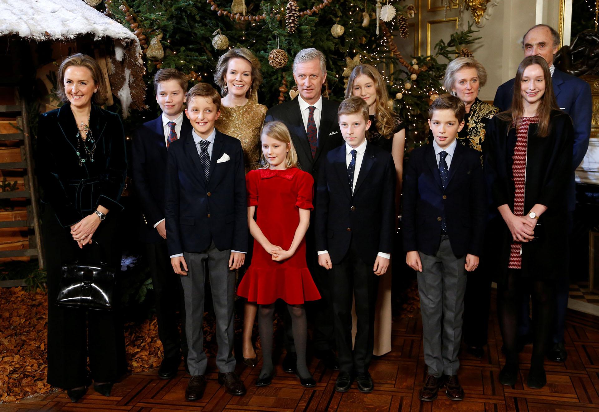 La familia real completa junto al árbol de Navidad. La princesa Eleonore lució un vestido colorado de terciopelo, palpitando en su estilismo el espíritu navideño