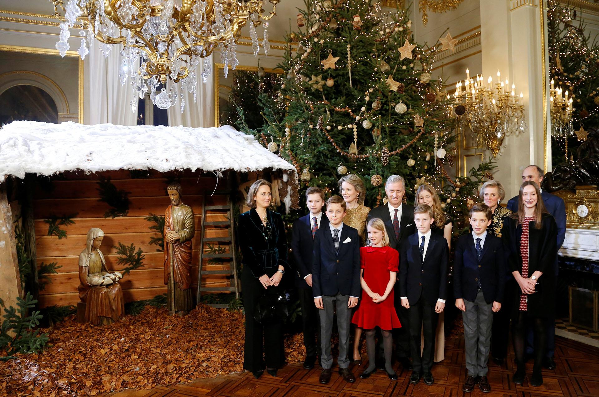 Una postal de la familia real de Bélgica junto al árbol navideño y al pesebre /// Fotos: Reuters