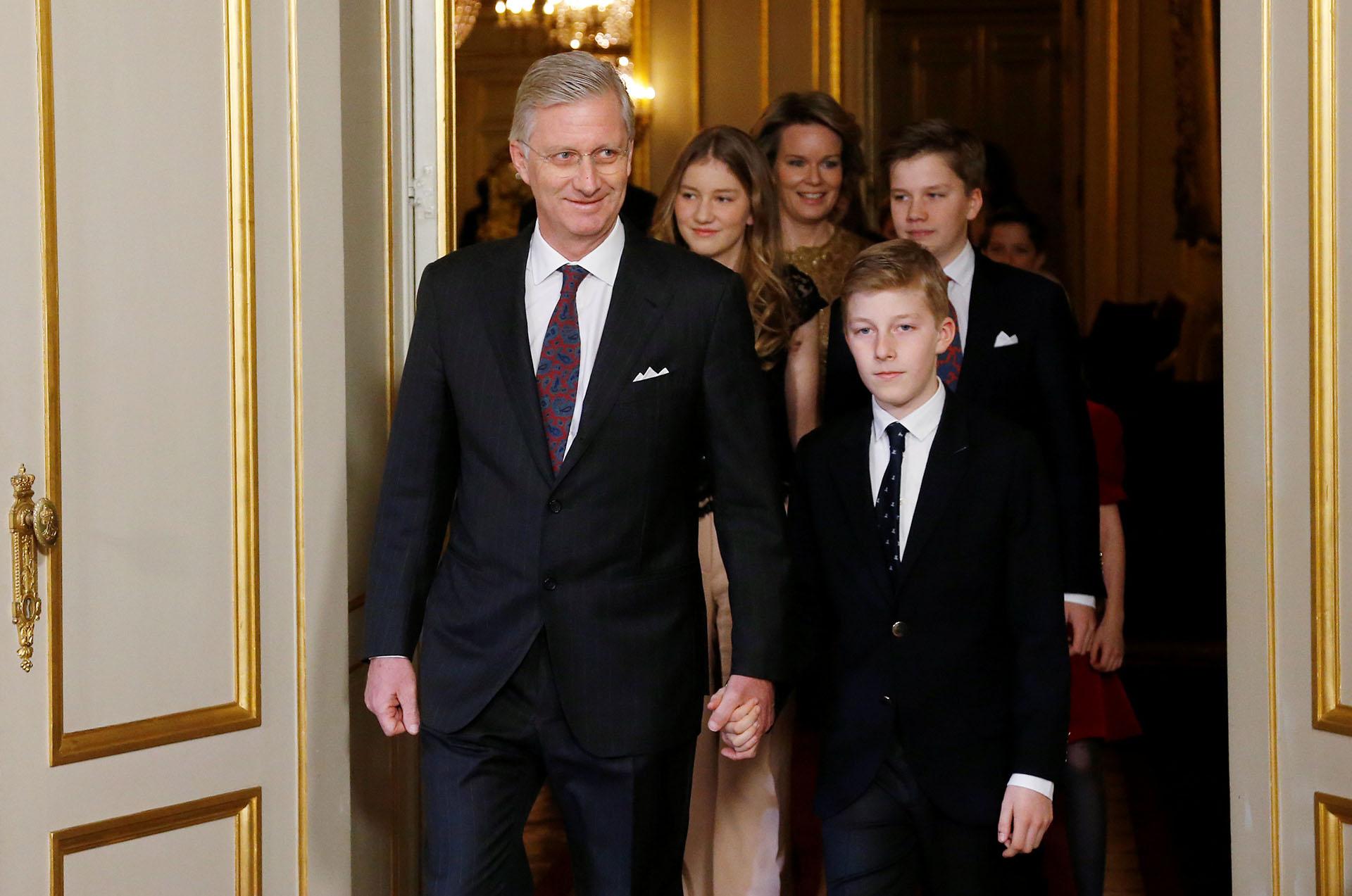 La entrada al concierto del rey Philippe de Bélgica de la mano de su hijo, el príncipe Emmanuel, seguidos por su familia