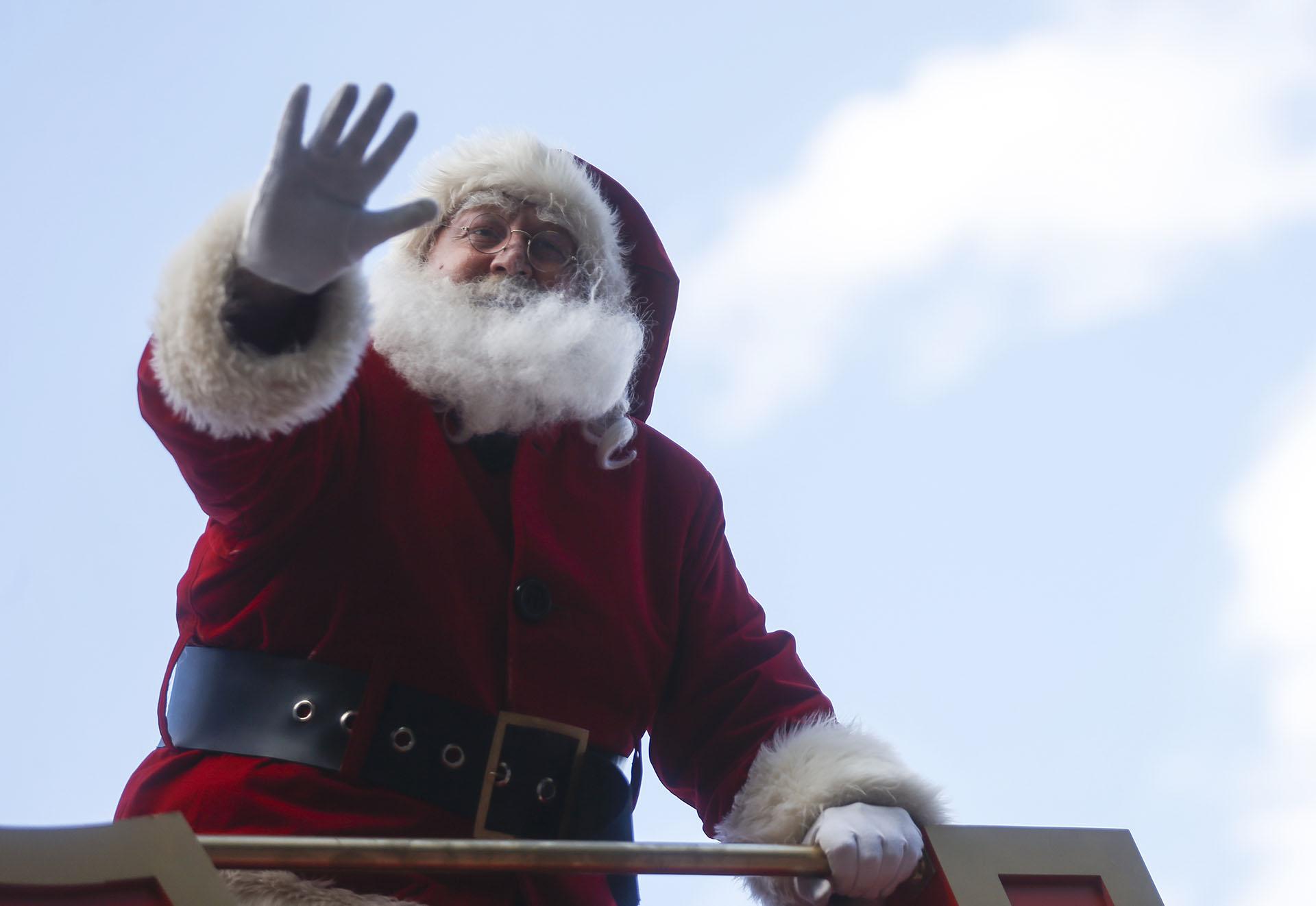 Santa Claus saluda a la gente durante un desfile navideño el 17 de diciembre de 2017 en Buenos Aires, Argentina. (Getty Images)