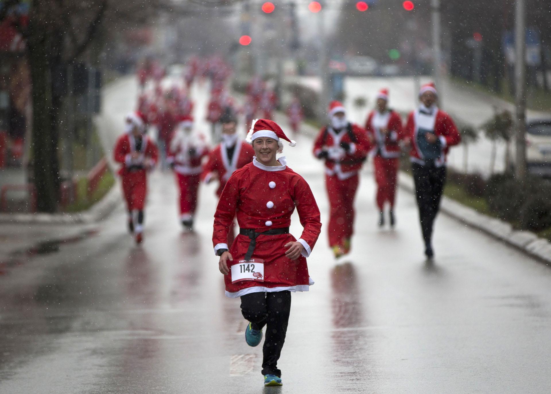 Personas que visten trajes de Santa Claus participan en la segunda carrera de Papá Noel en Pristina, la capital de Kosovo, el domingo 17 de diciembre de 2017. (AP)