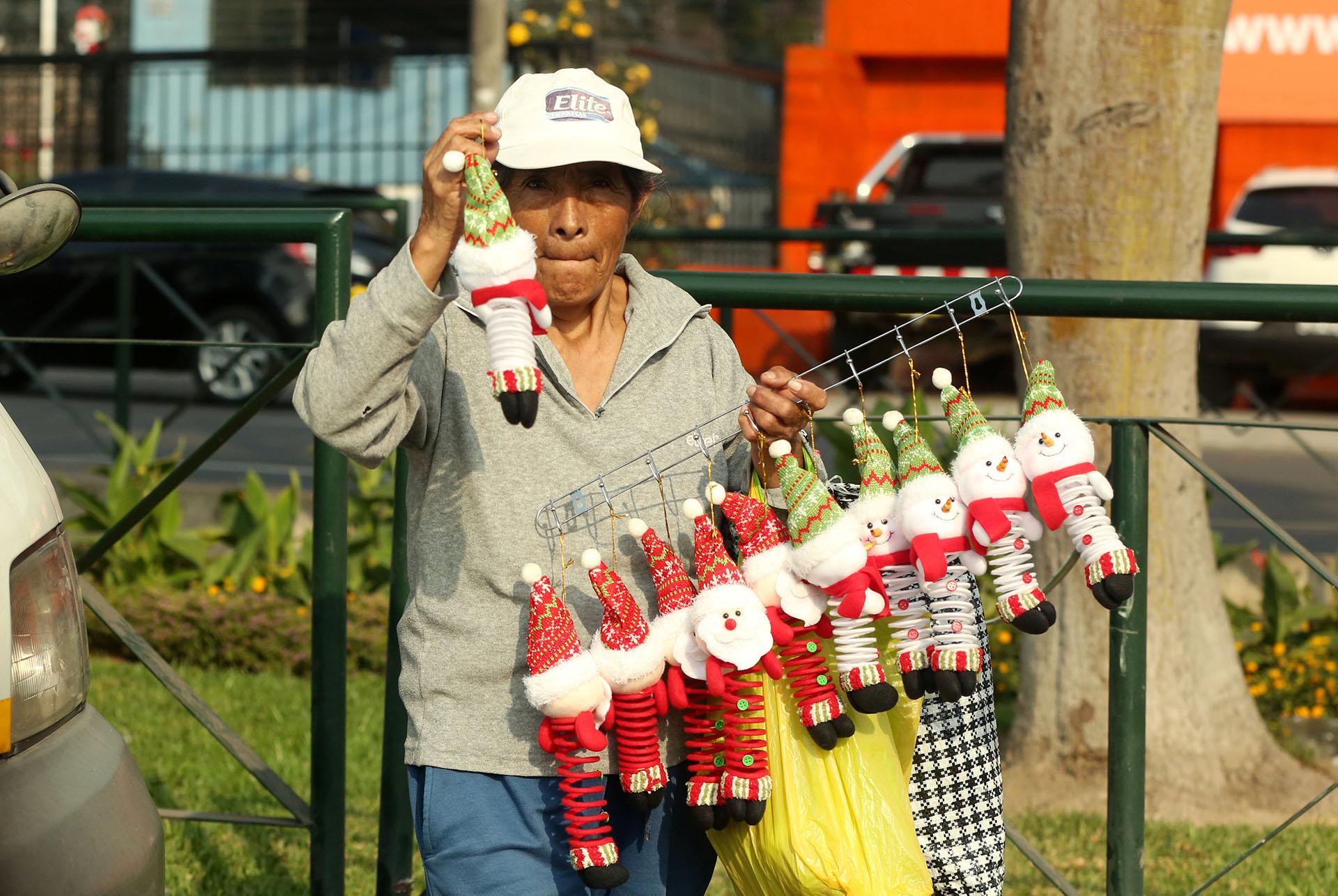 Una mujer vende decoración navideña en un cruce de tráfico en Lima, Perú, el 20 de diciembre de 2017. (Reuters)