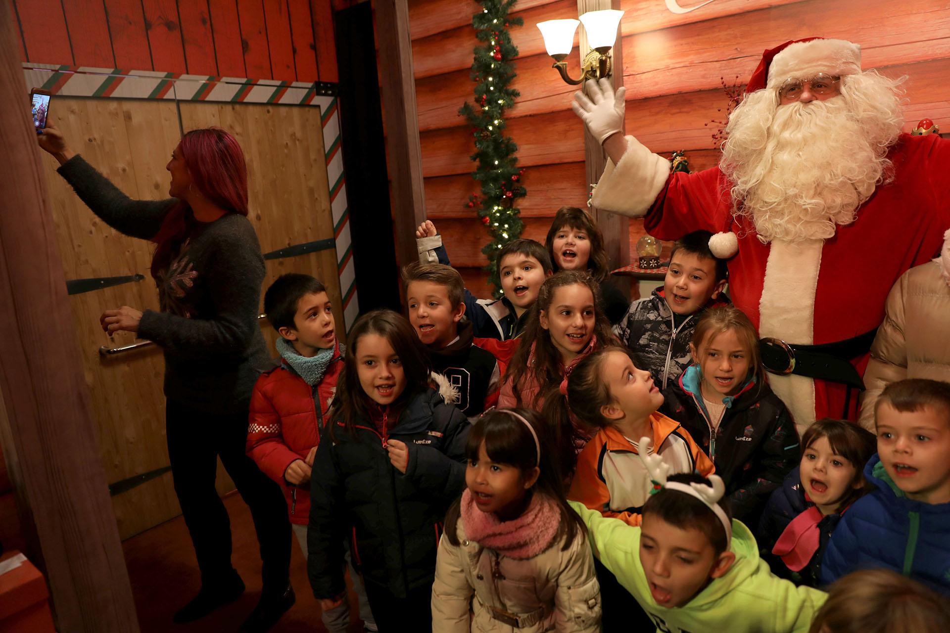Santa Clausjunto a varios niños enLa Casa de Papa Noelen la Real Casa de Postas del centro deMadrid, España, el 20 de diciembre de 2017.(Reuters)