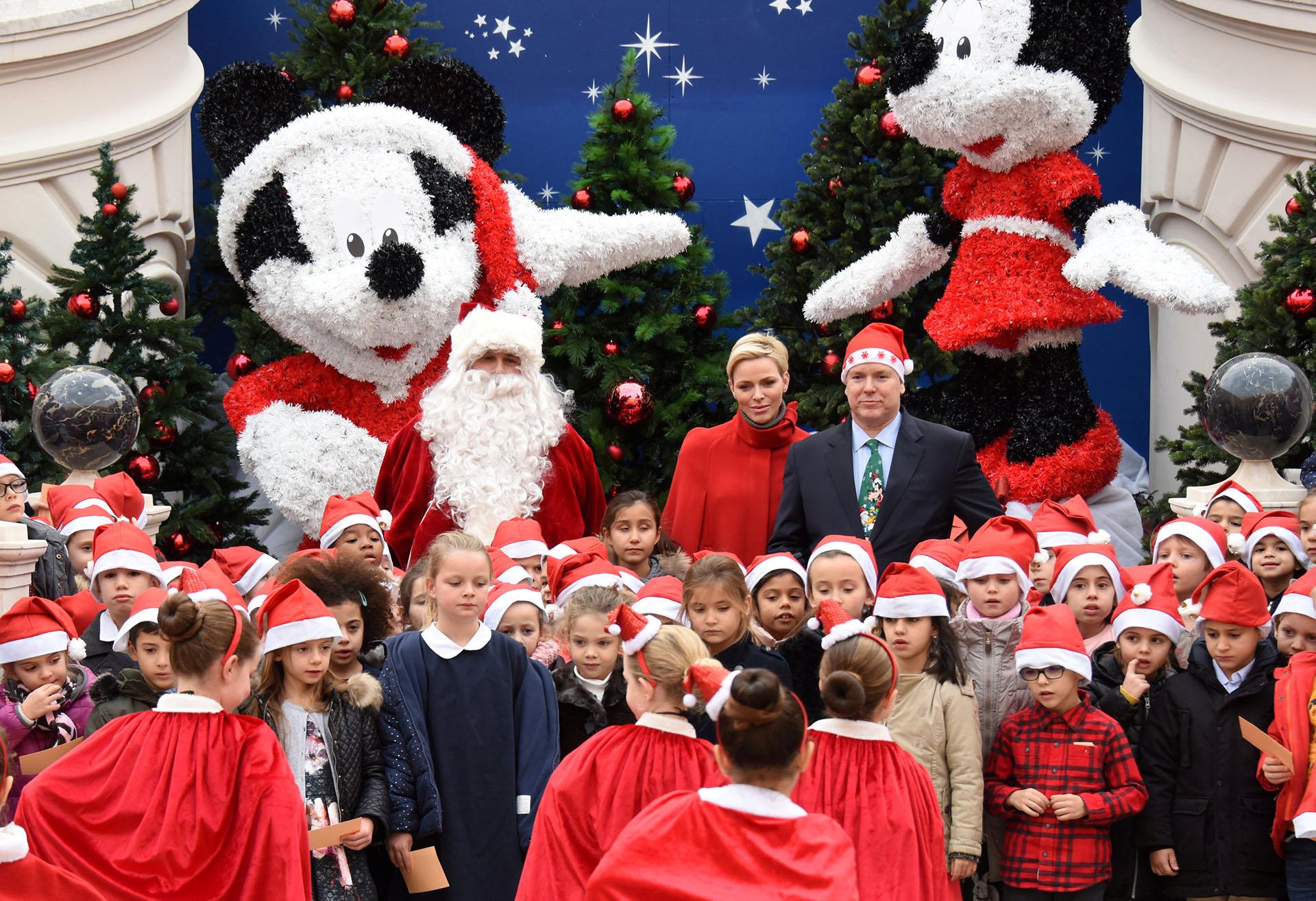 El Príncipe Alberto II de Mónaco y su esposa la Princesa Charlene asisten a la tradicional ceremonia del árbol de Navidad en el Palacio de Mónaco como parte de la temporada navideña en Mónaco, el 20 de diciembre de 2017. (Reuters)