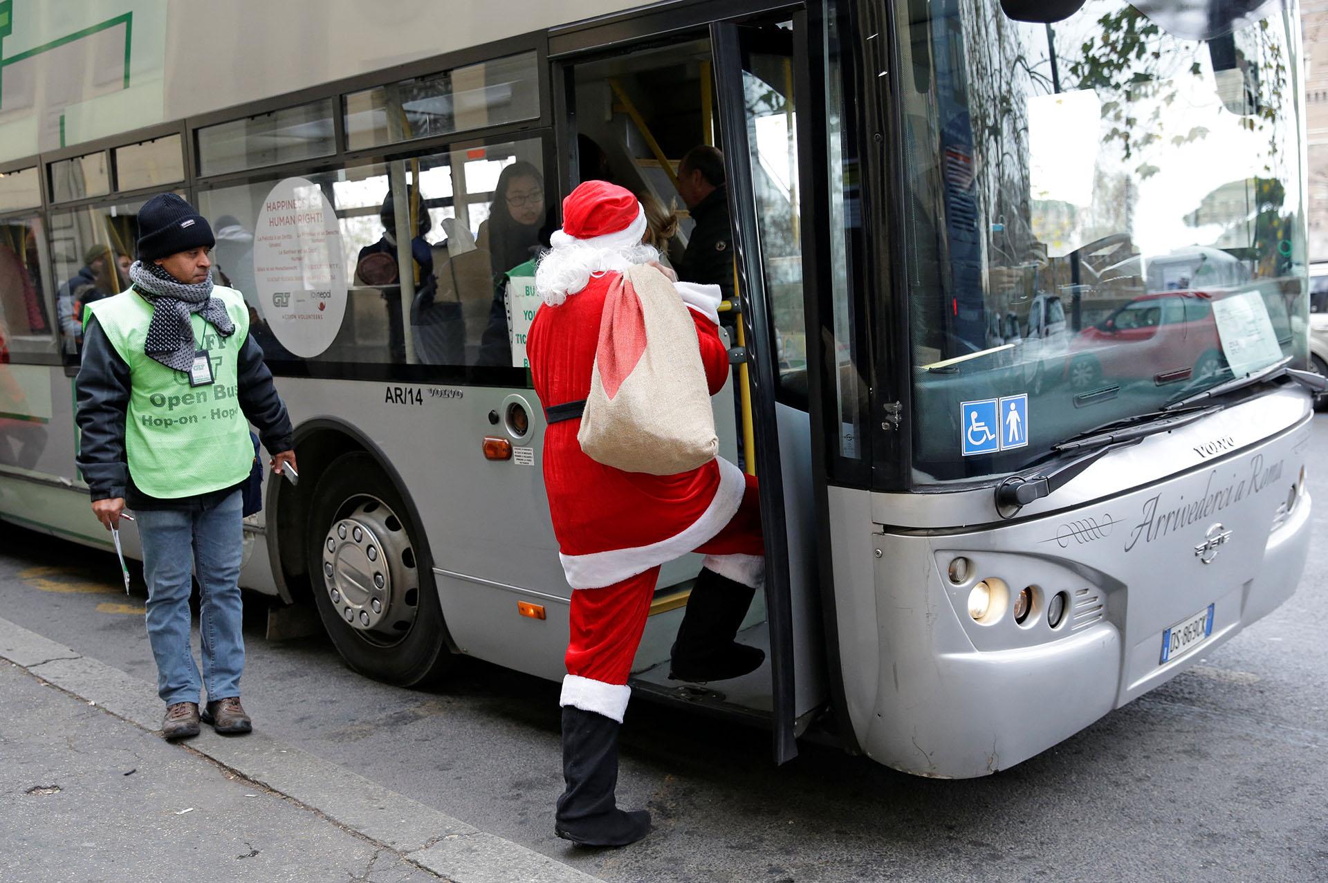 Un hombre vestido de Papá Noel entra en un autobús en el centro de Roma, Italia, el 20 de diciembre de 2017. (Reuters)