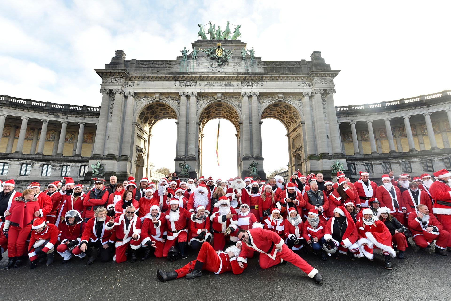 Más de cien motociclistas de Harley Davidson vestidos de Santa Claus se reúnen en el Parc du Cinquantenaire en Bruselas, Bélgica, el 17 de diciembre de 2017. (Reuters)