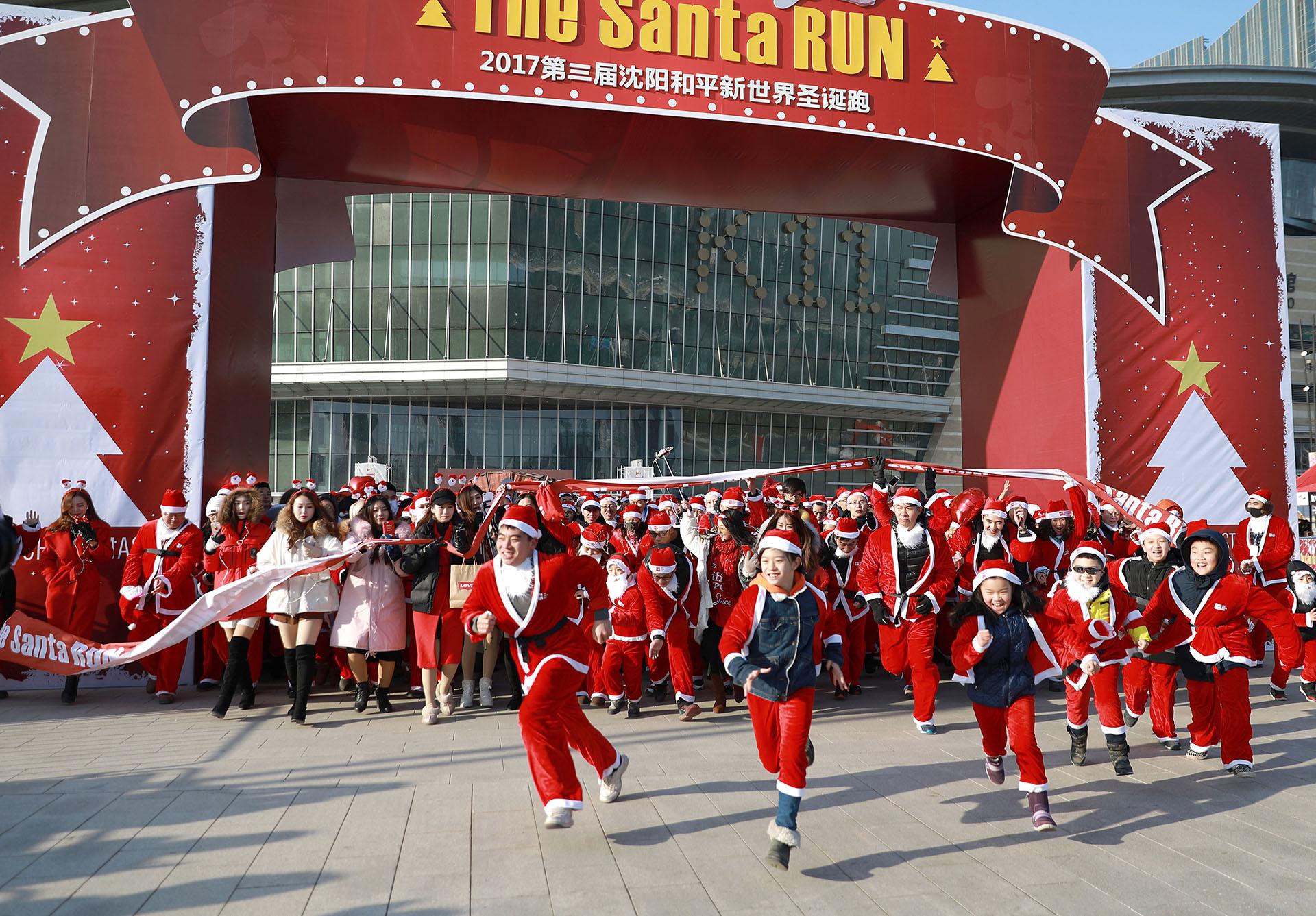 Esta foto tomada el 17 de diciembre de 2017 muestra a personas participando en un evento de Santa Run en Shenyang, en la provincia de Liaoning, al noreste de China. (AFP)