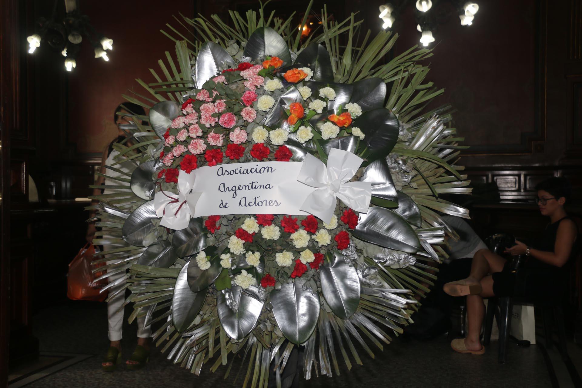 Corona que envió la Asociación Argentina de Actores