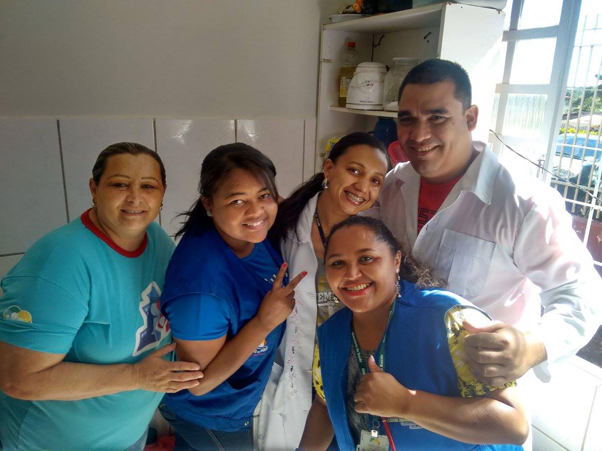 Alioski Ramires junto a compañeras en una de las misiones