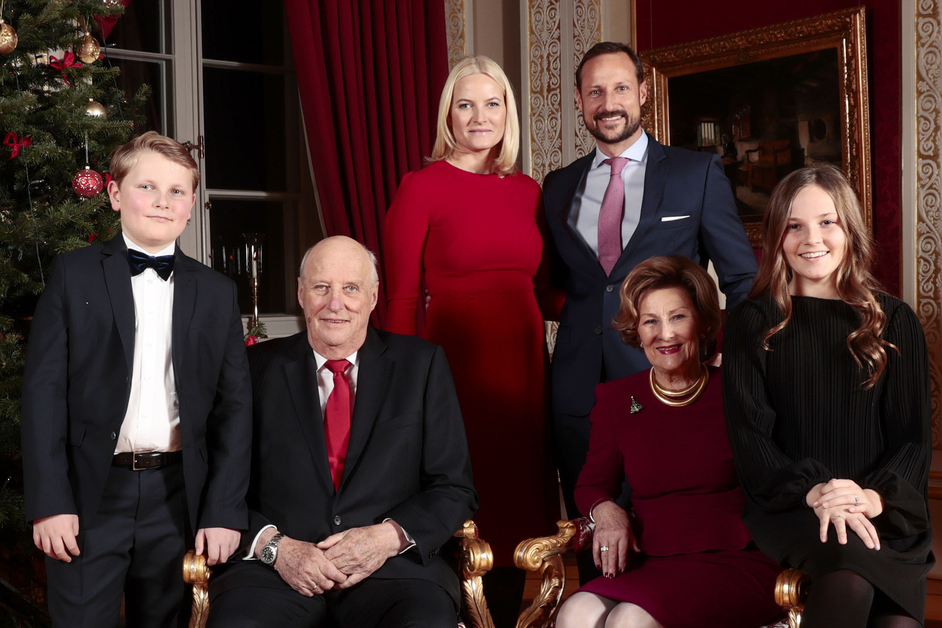 La familia real de Noruega posa para una sesión de fotos navideña, en el Palacio de Oslo