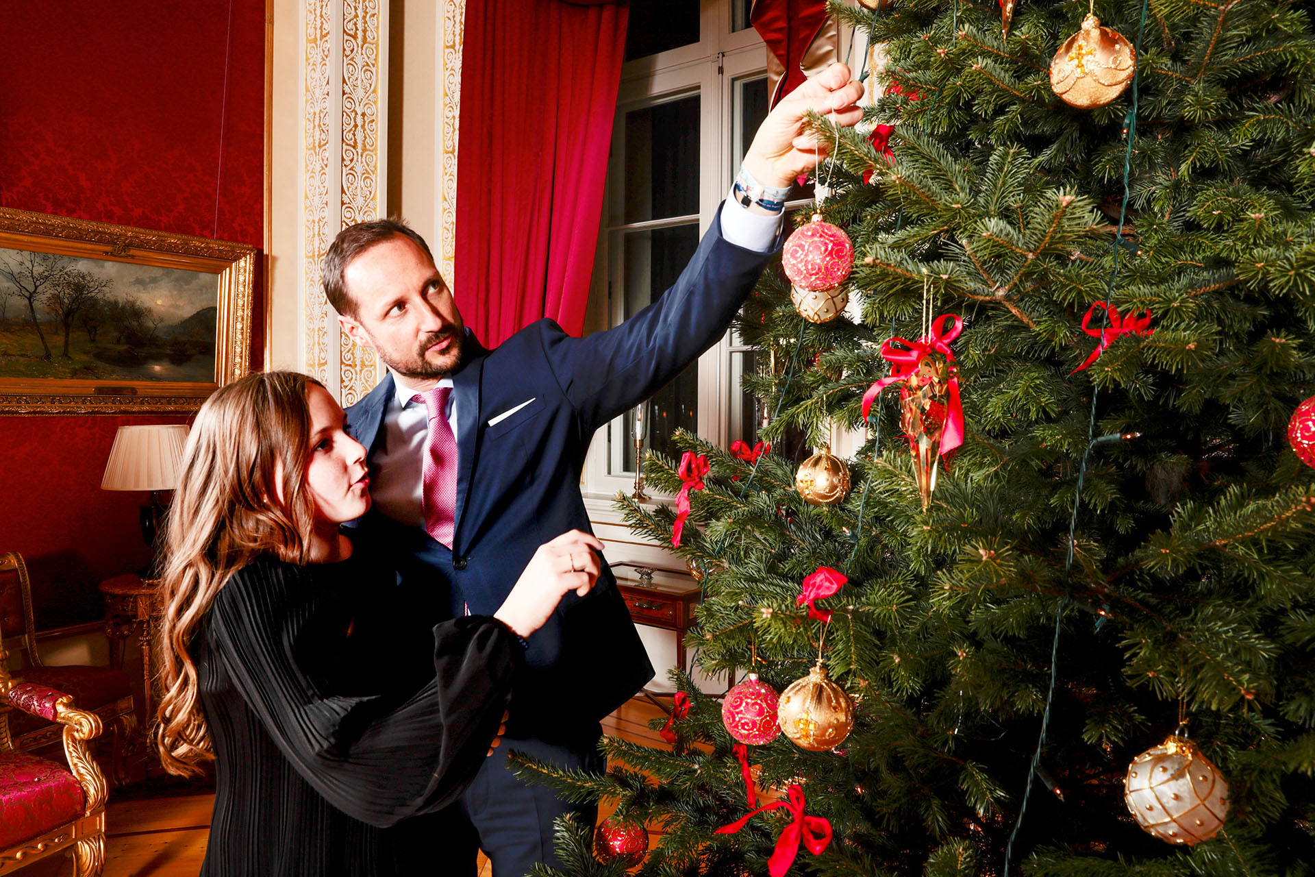 La princesa Ingrid Alexandra junto a su padre Haakon, el heredero al trono noruego, decorando el árbol