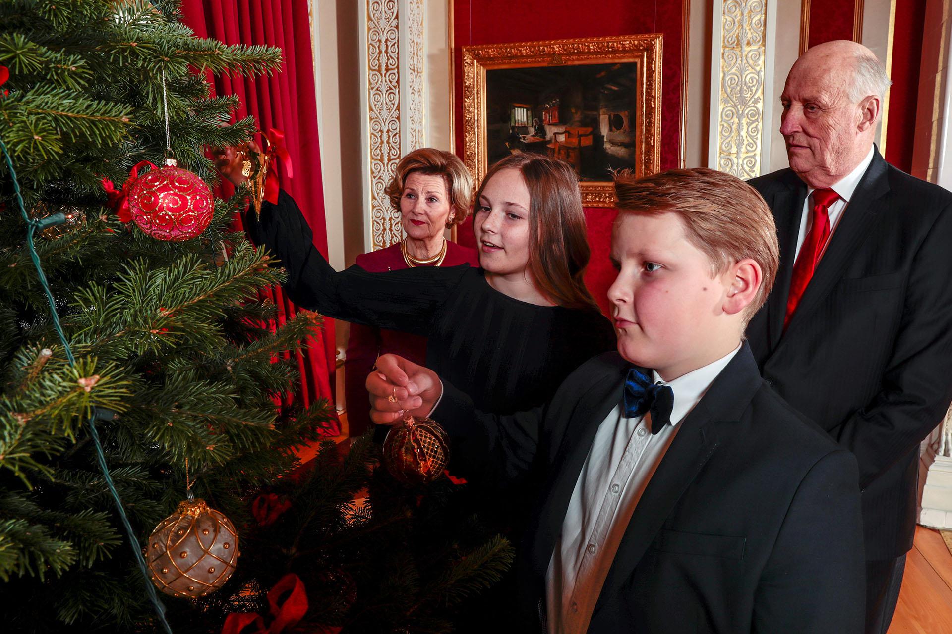 Ingrid Alexandra junto a su hermano, Sverre Magnus, y sus abuelos: los reyes Harald y Sonja
