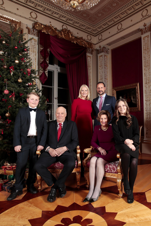 De pie, Mette-Marit y Haakon junto a sus hijos y los reyes. Antes de conocer al príncipe, Mette-Marit ya era madre soltera de Marius Borg, cuyo padre estuvo preso por vender drogas