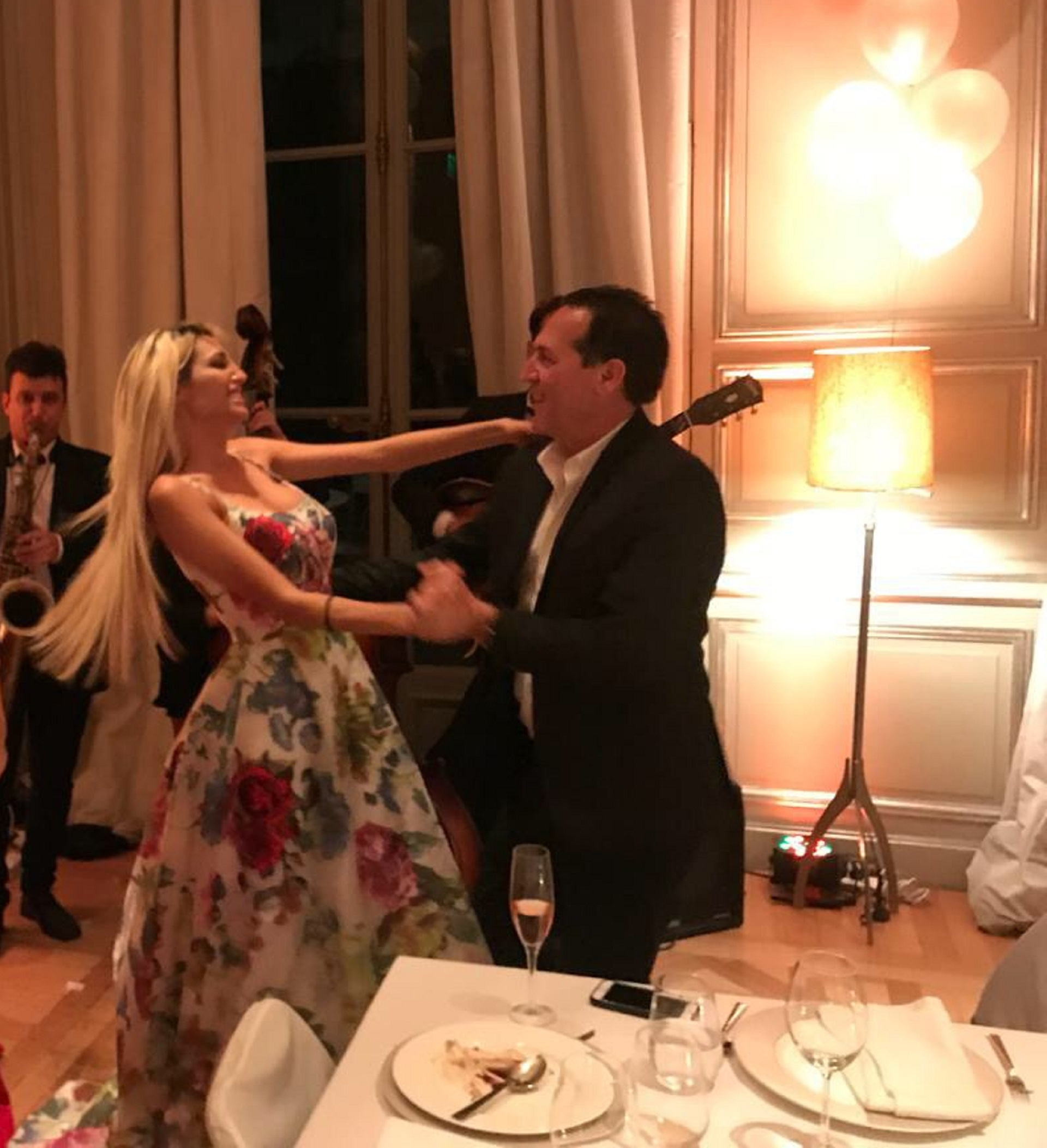 Victoria Xipolitakis y su novio Javier Naselli bailando