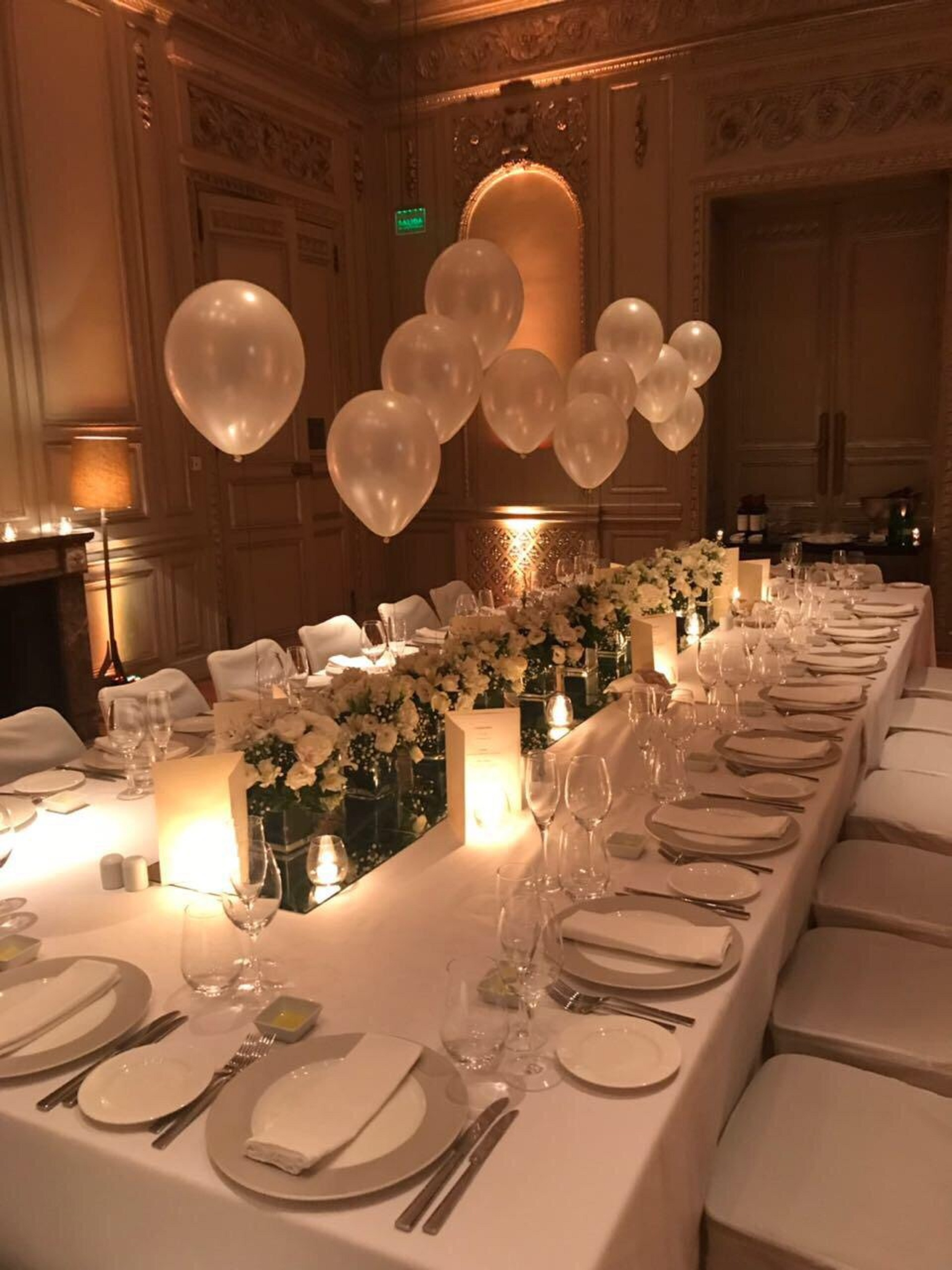 ¡Puro glamour! La mesa y la decoración para la cena a la que fueron invitados las personas más queridas por Victoria Xipolitakis para el gran festejo