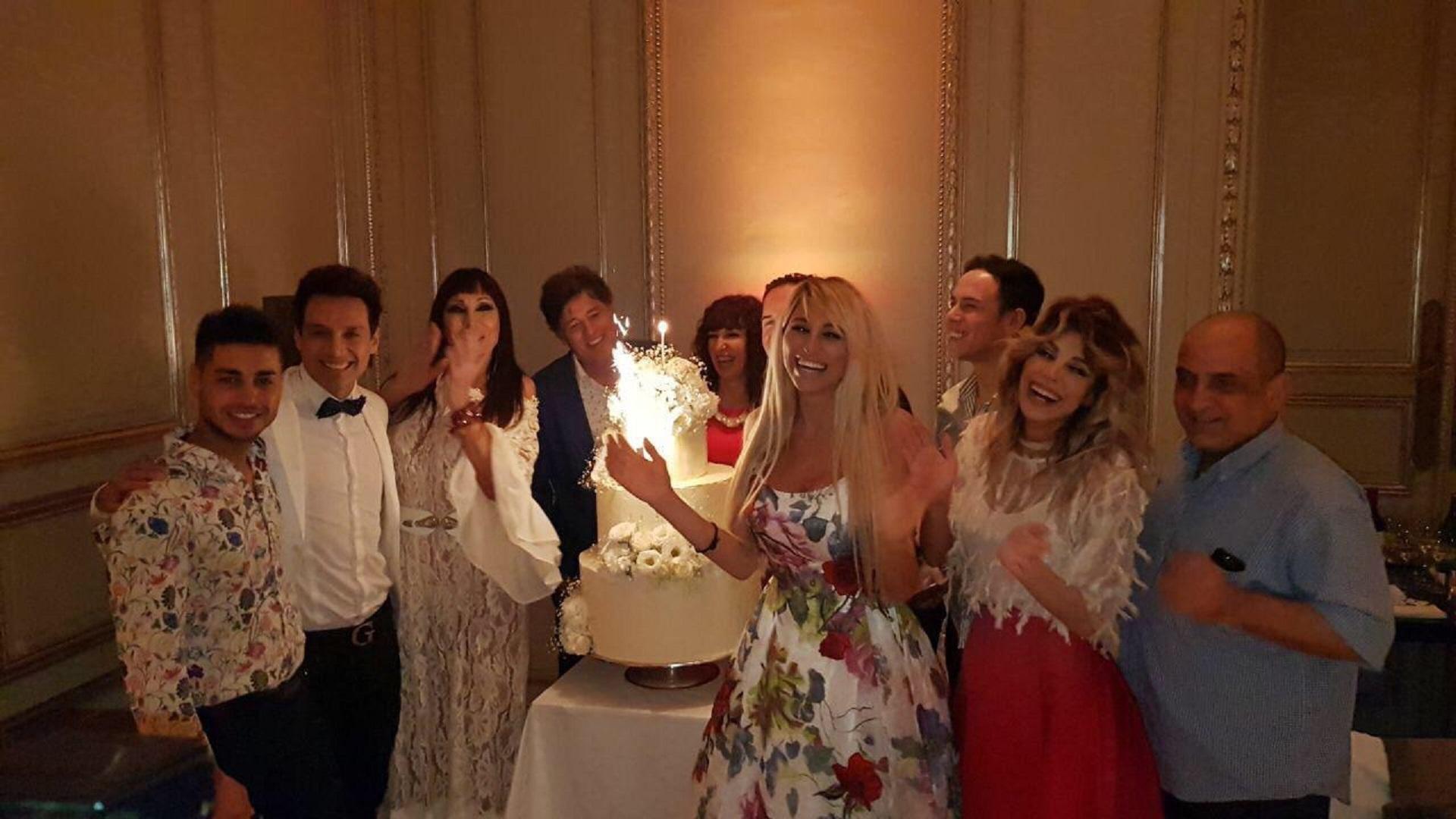 """Sus amigos le cantaron el """"Feliz Cumpleaños"""" a Victoria Xipolitakis"""