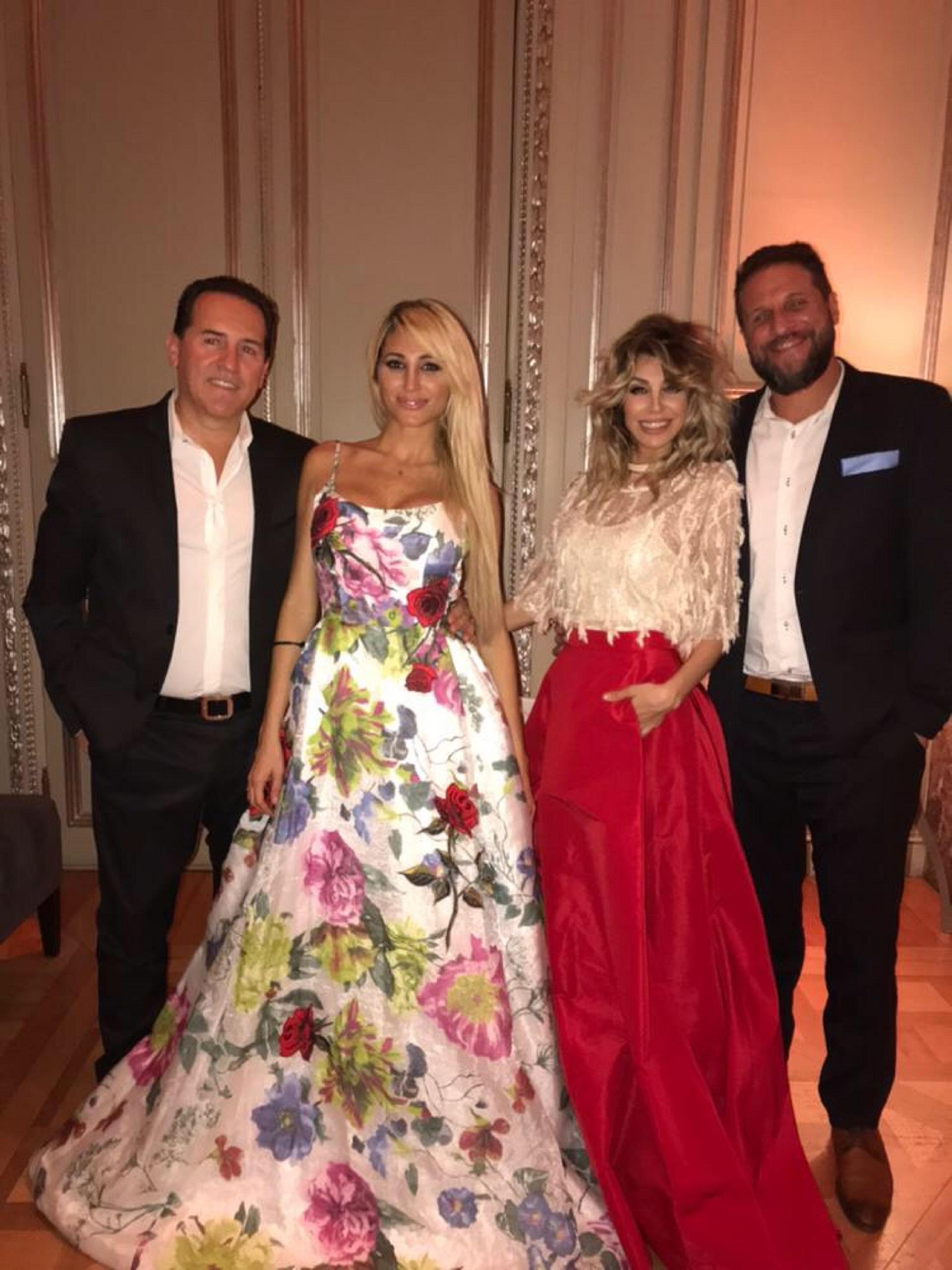 Victoria y Stefanía Xipolitakis junto a sus respectivas parejas