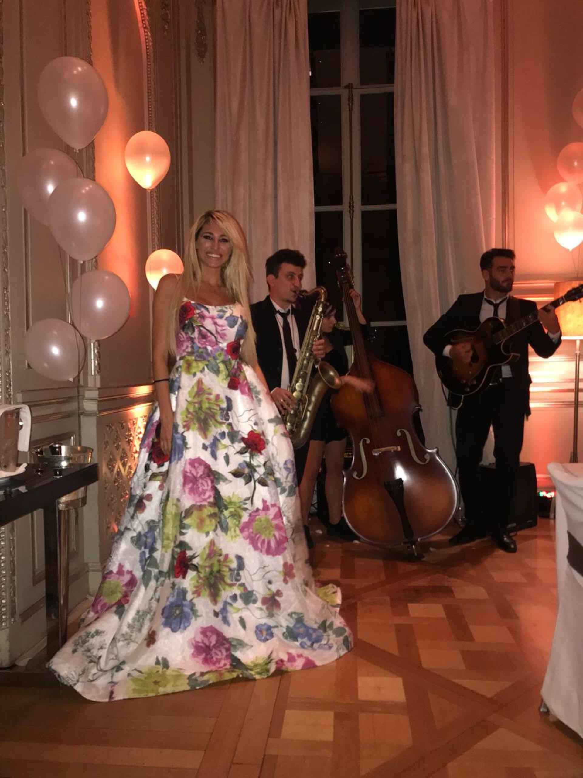 """Victoria Xipolitakis junto a los músicos que le pusieron """"mucha onda"""" al festejo"""