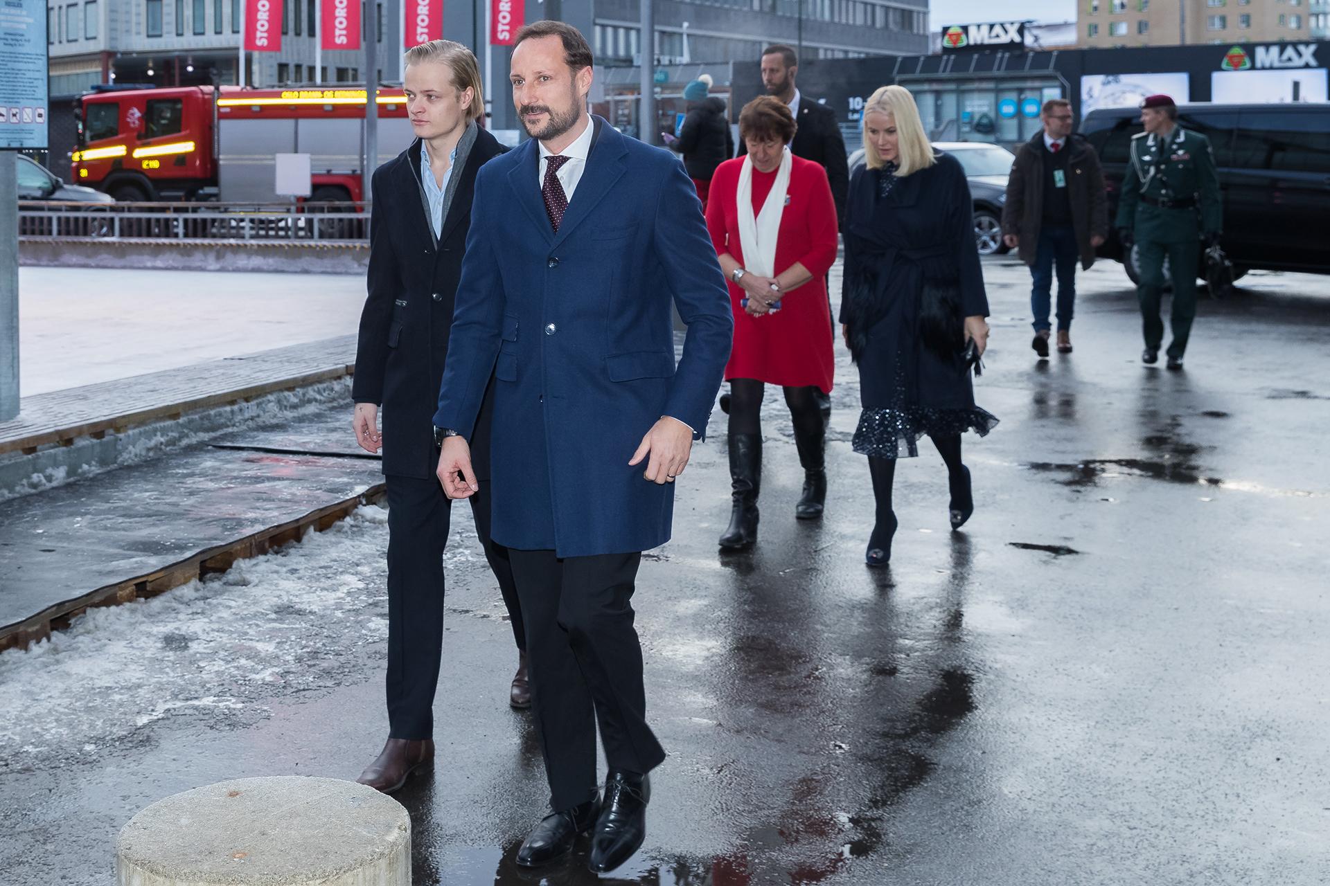 Mette-Marit llegó también en compañía de su hijo mayor, Marius Borg Hoiby, fruto de una relación anterior a su boda con el príncipe Haakon