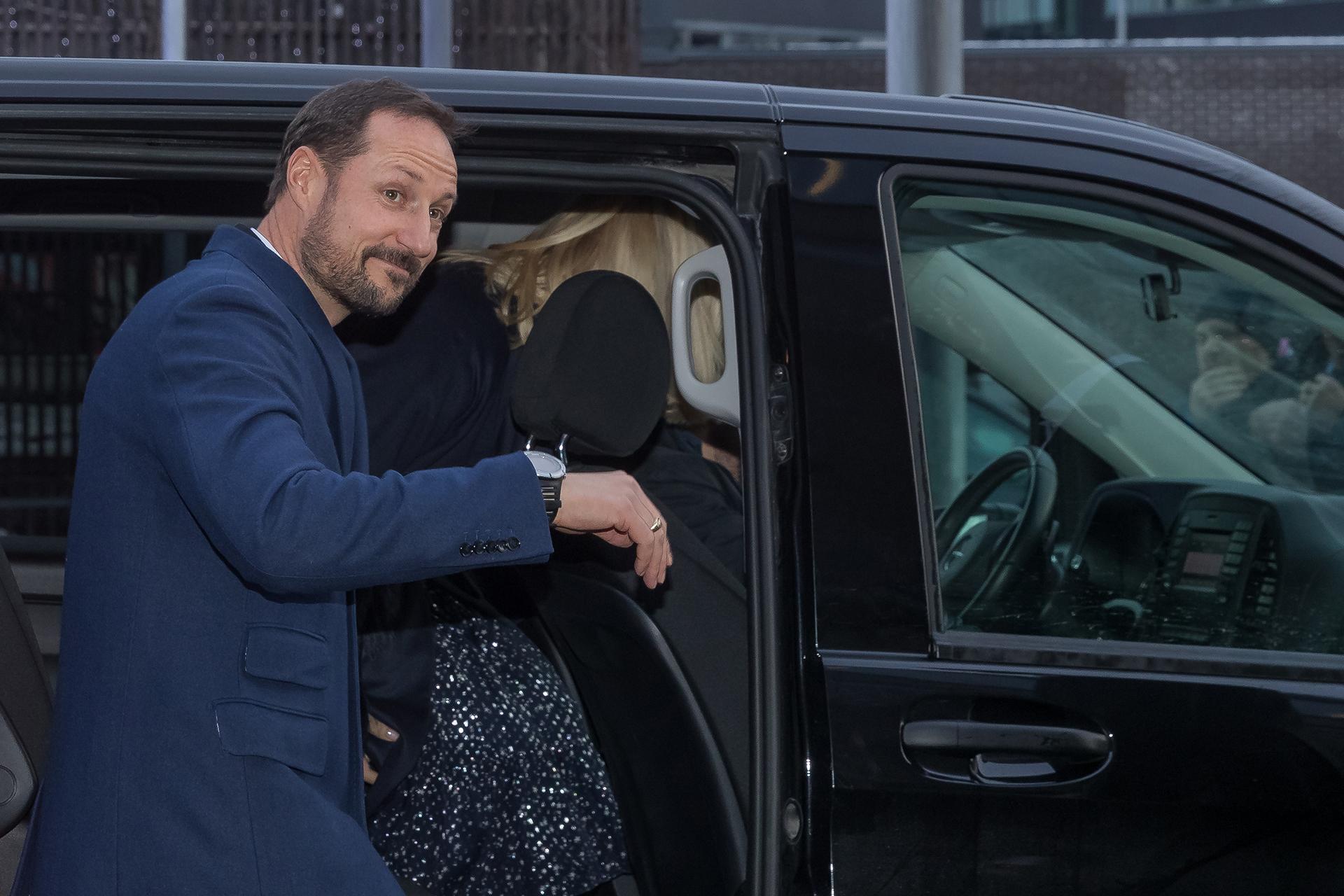 El príncipe Haakon de Noruega se despidió tras pasar un almuerzo navideño diferente pero ayudando a quienes lo necesitan