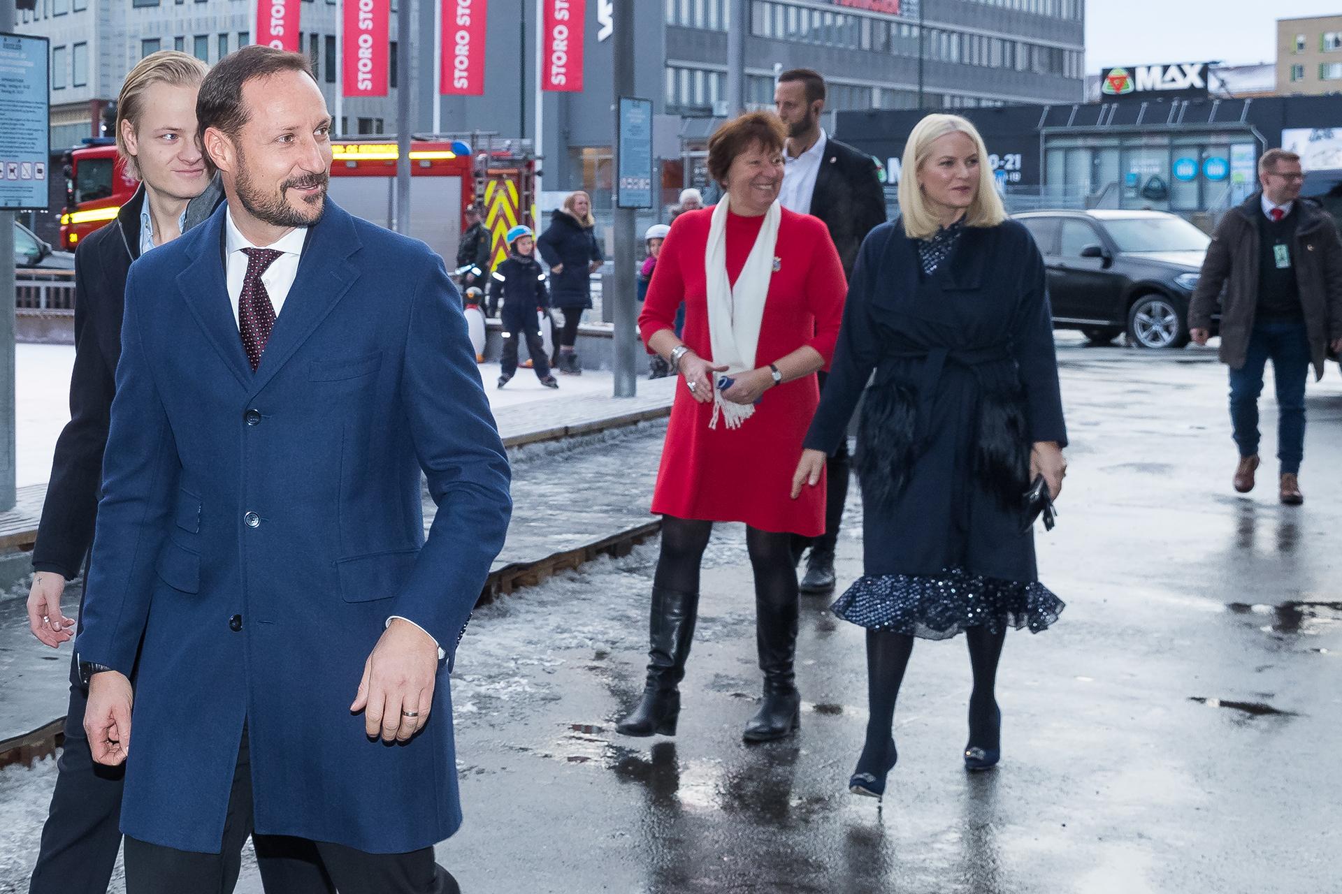Para protegerse del frío invierno europeo, eligió un tapado con piel en sus bolsillos, ceñido a la cintura /// Fotos: Getty Images