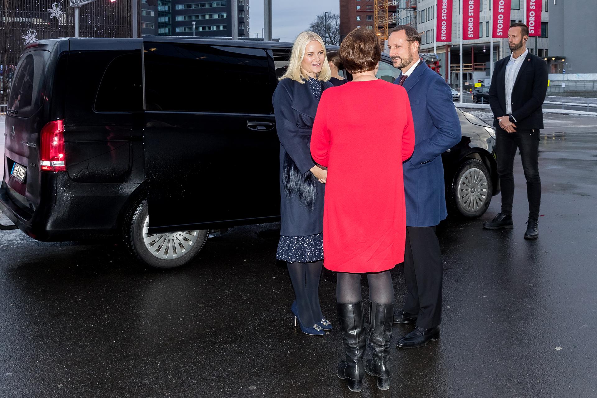 La llegada de los príncipes Mette Marit y Haakon acompañados por la alcaldesa de Oslo, Marianne Borgen, al almuerzo solidario que se llevó a cabo en la capital de Noruega