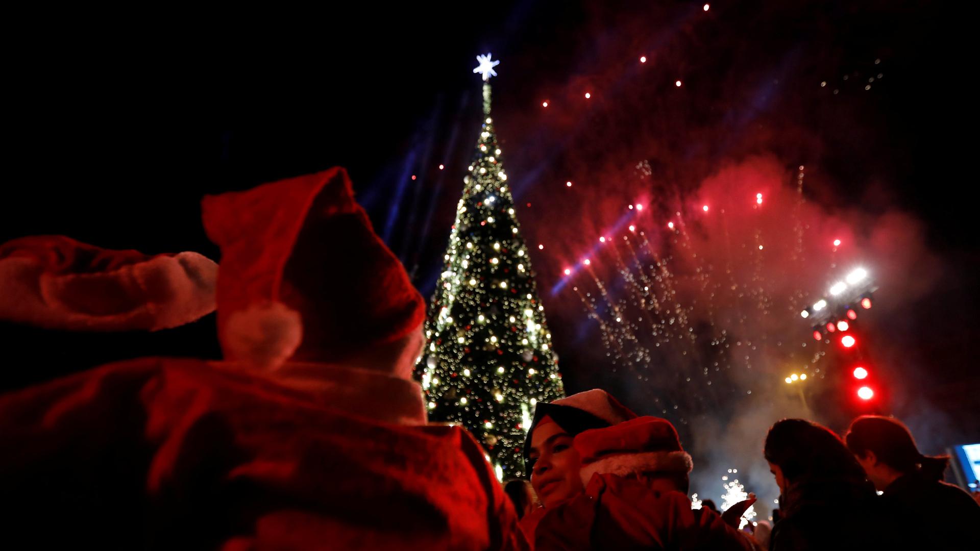 La gente observa los fuegos artificiales con motivo de la Navidad en Beirut, El Líbano