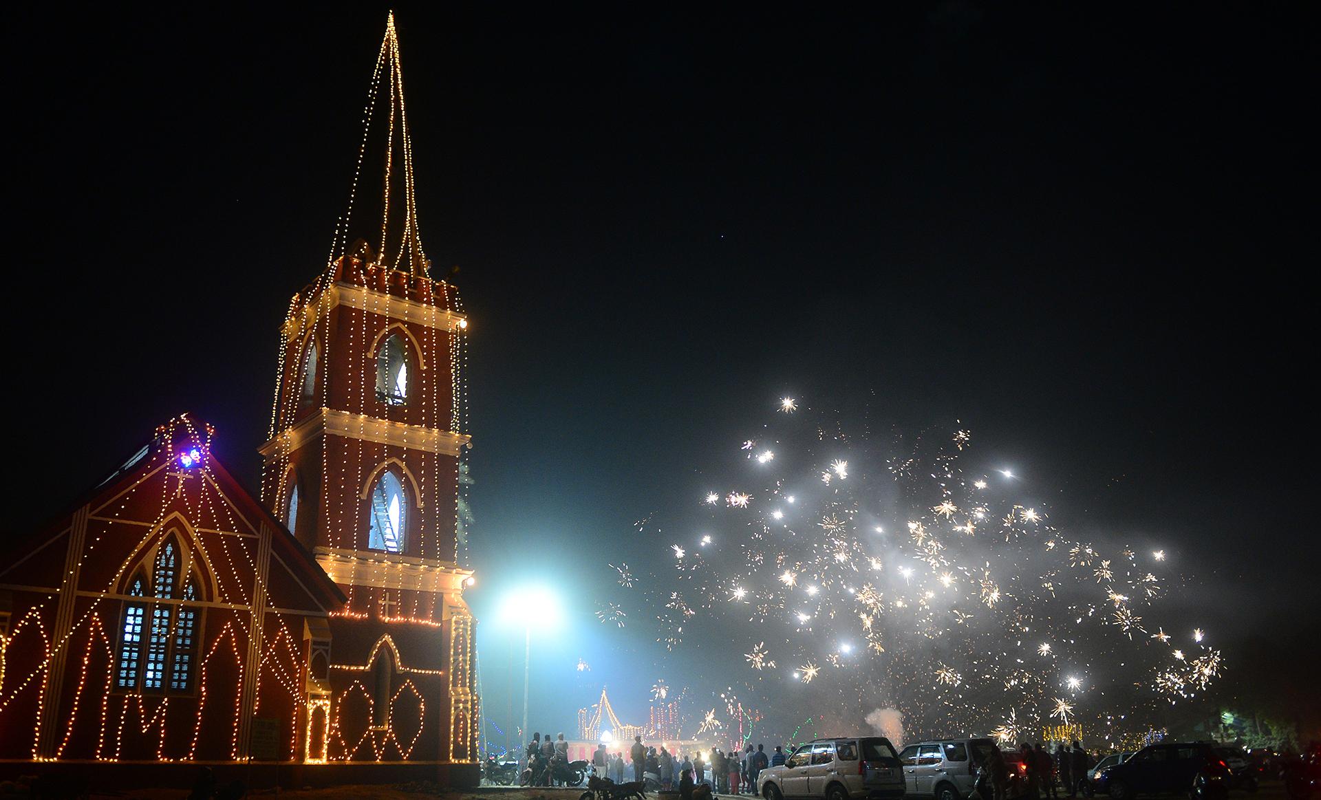 Devotos cristianos celebran su Navidad en la ciudad de Allahabad, en India