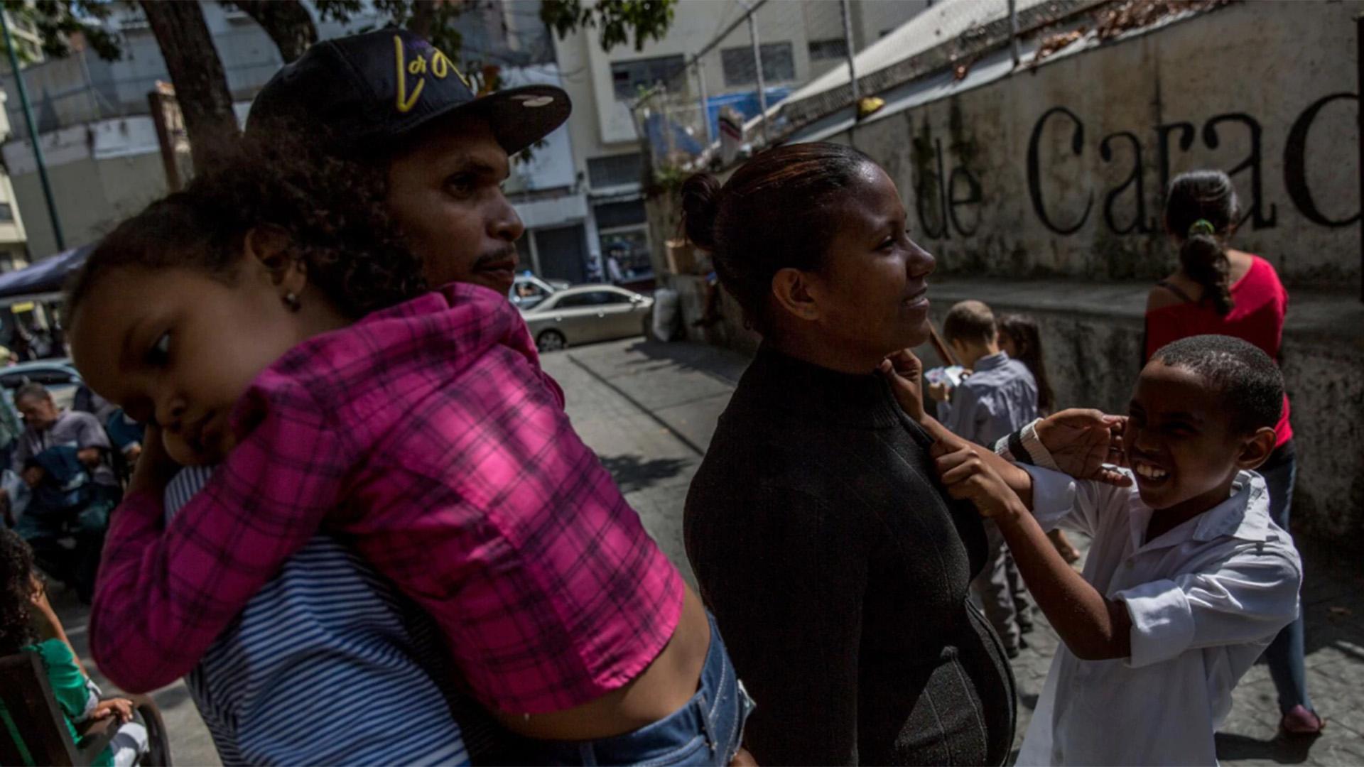 Enrique y Viviana recorren las calles de Caracas junto a sus hijos