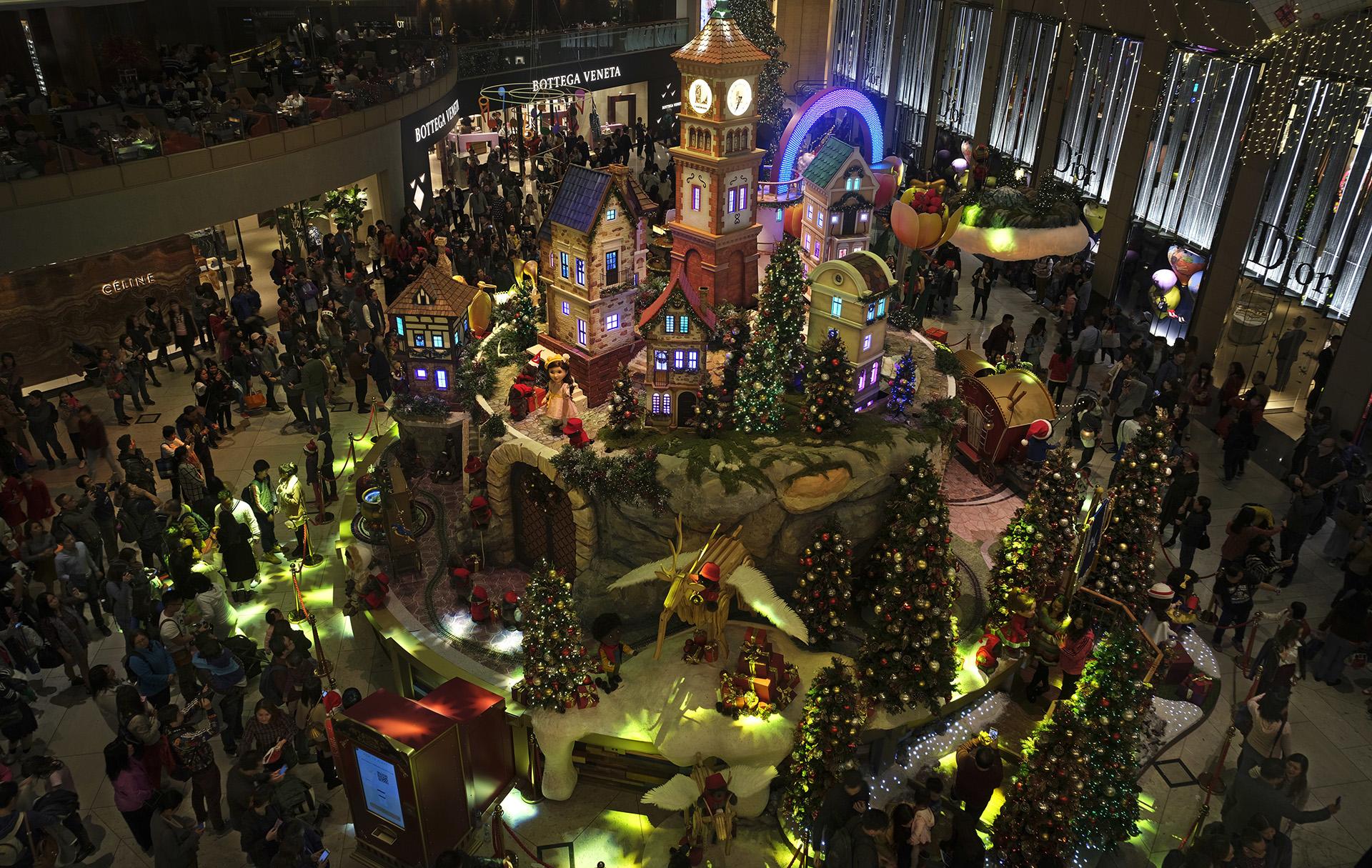 La gente recibió la Navidad en un centro comercialen Hong Kong