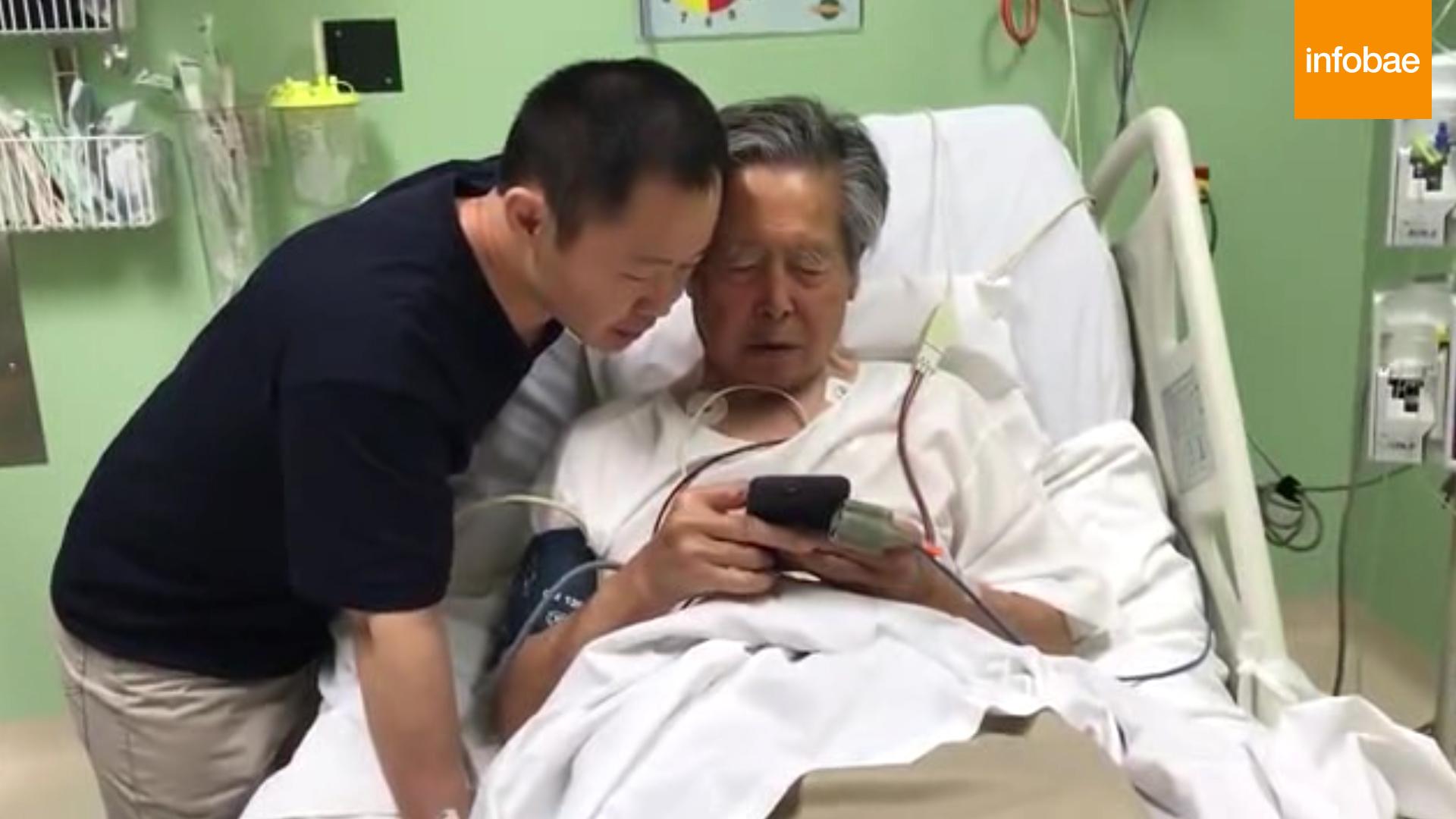 Alberto Fujimori con su hijo Kenji en la clínica en la que se encontraba internado tras ser indultado