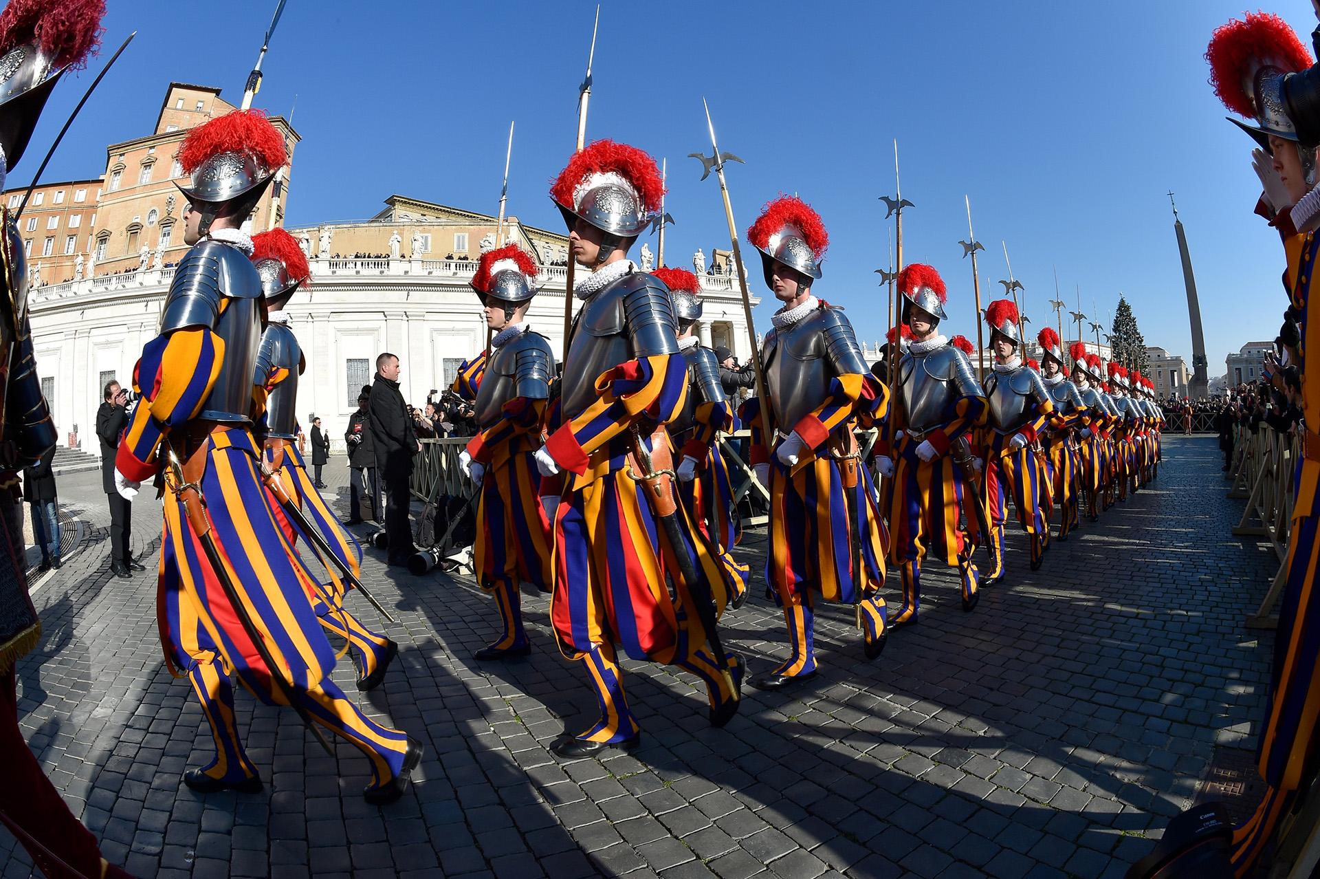 """La Guardia Suiza toma posición en el Vaticano antes del mensaje de Navidad """"Urbi et Orbi"""" y la bendición del papa Francisco desde el balcón de la basílica de San Pedro"""